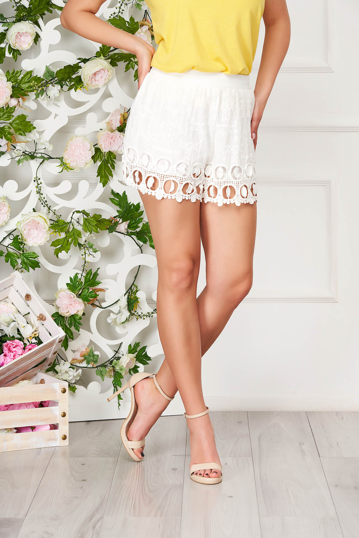 Ivory short casual laced with easy cut medium waist