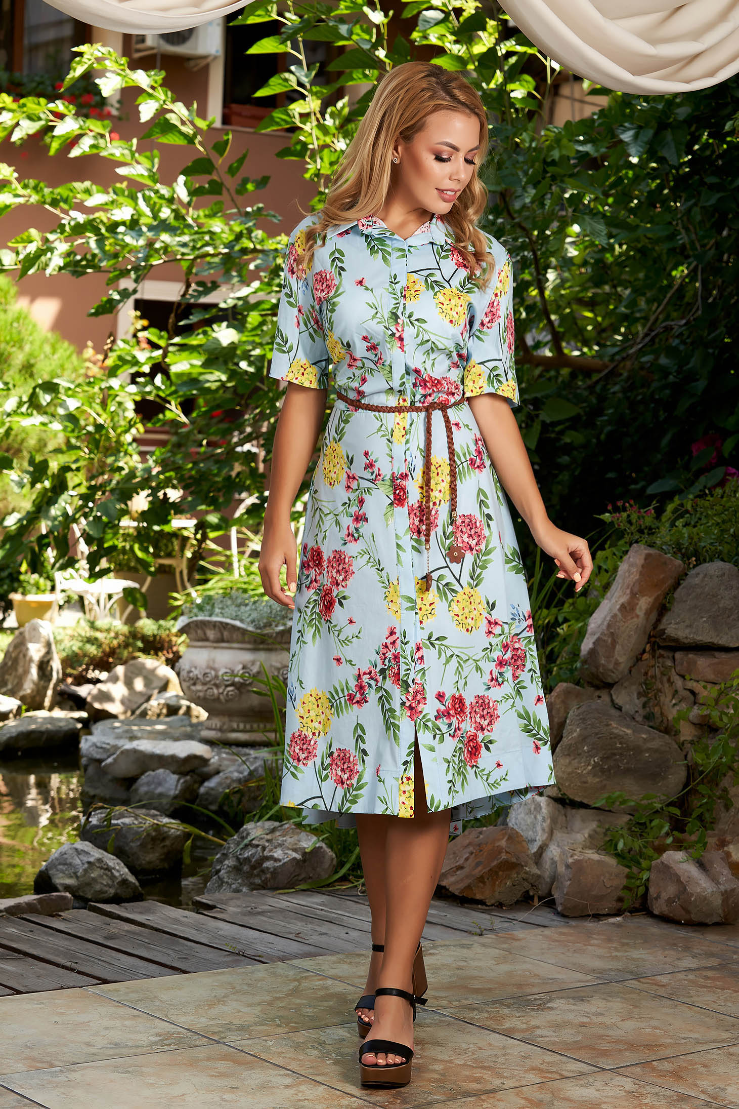Rochie albastra-deschis de zi midi in clos cu maneci scurte cu guler cu buzunare si imprimeu floral