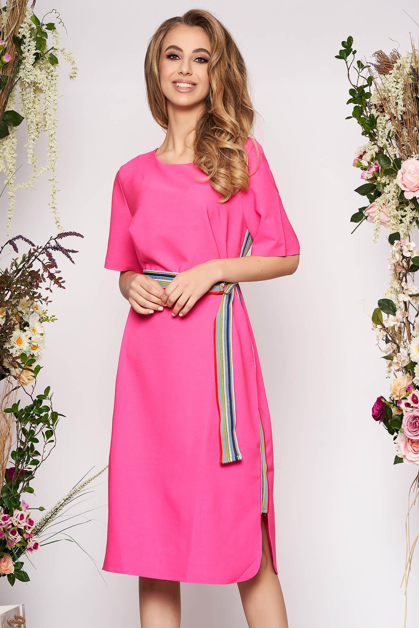 Rochie roz midi eleganta cu un croi drept cu decolteu rotunjit si maneci scurte