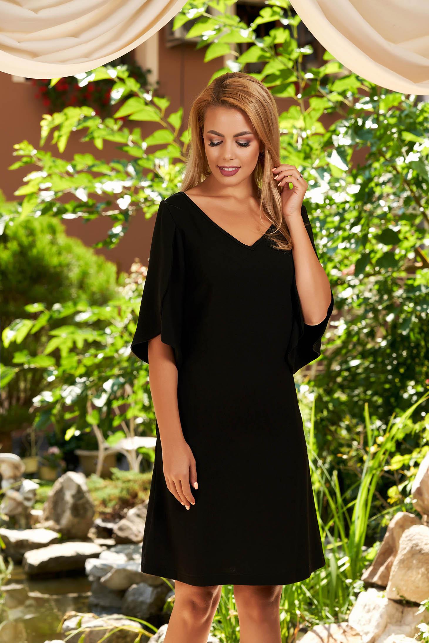 Fekete elegáns rövid egyenes zsebes ruha v-dekoltázzsal