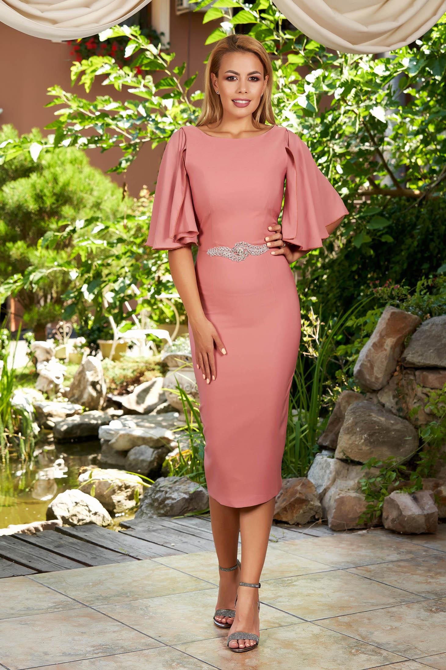 Rochie PrettyGirl roz prafuit eleganta midi tip creion cu maneci din voal cu decolteu rotunjit si pietre strass