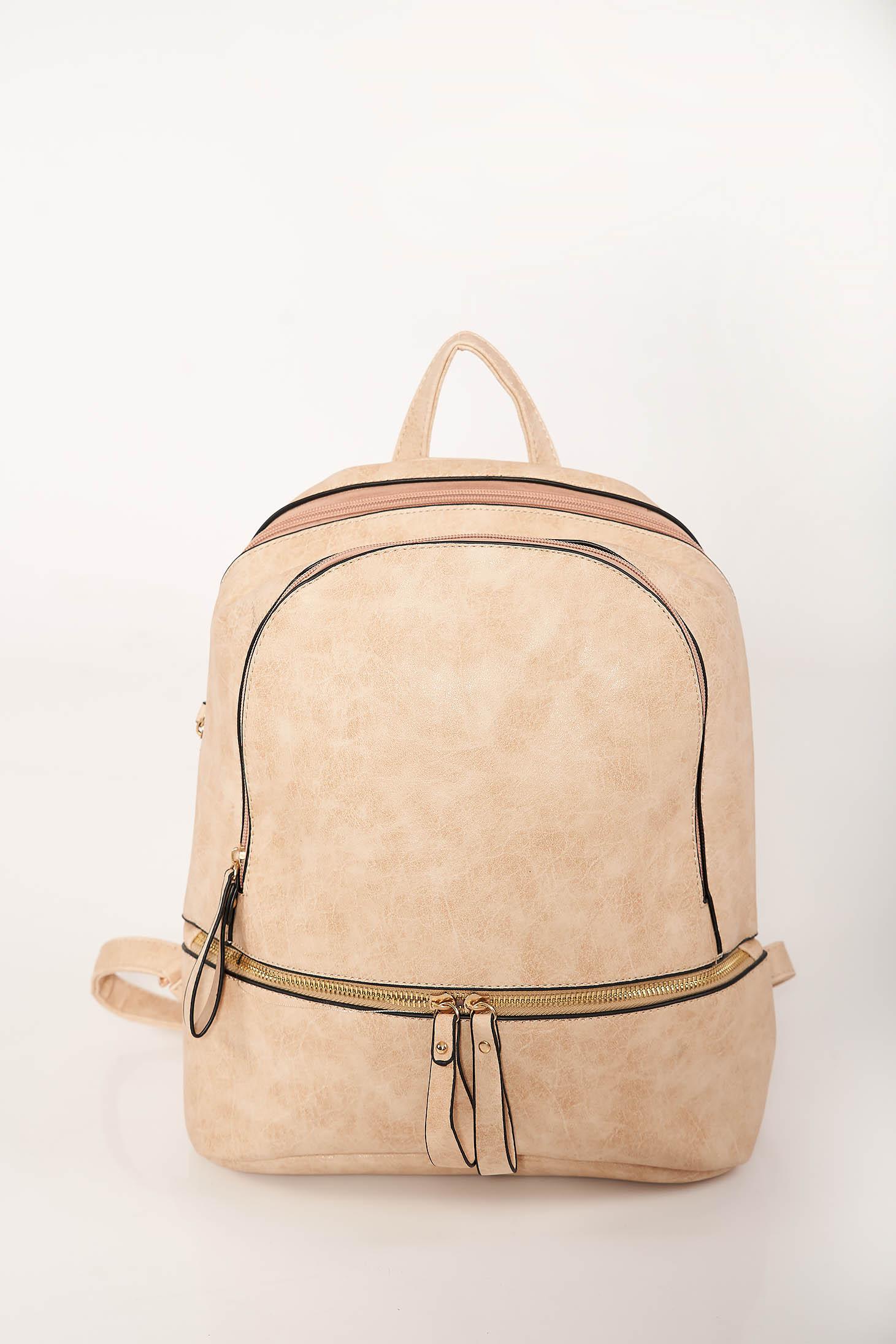 Krém casual hátizsák műbőrből állítható pántokkal és cipzárral van ellátva