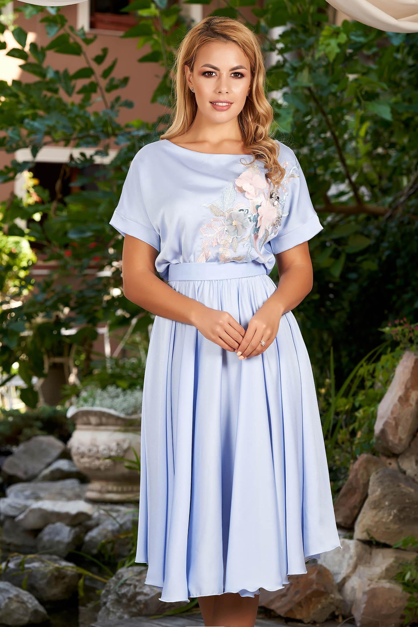 Rochie StarShinerS albastra de ocazie in clos cu elastic in talie accesorizata cu cordon