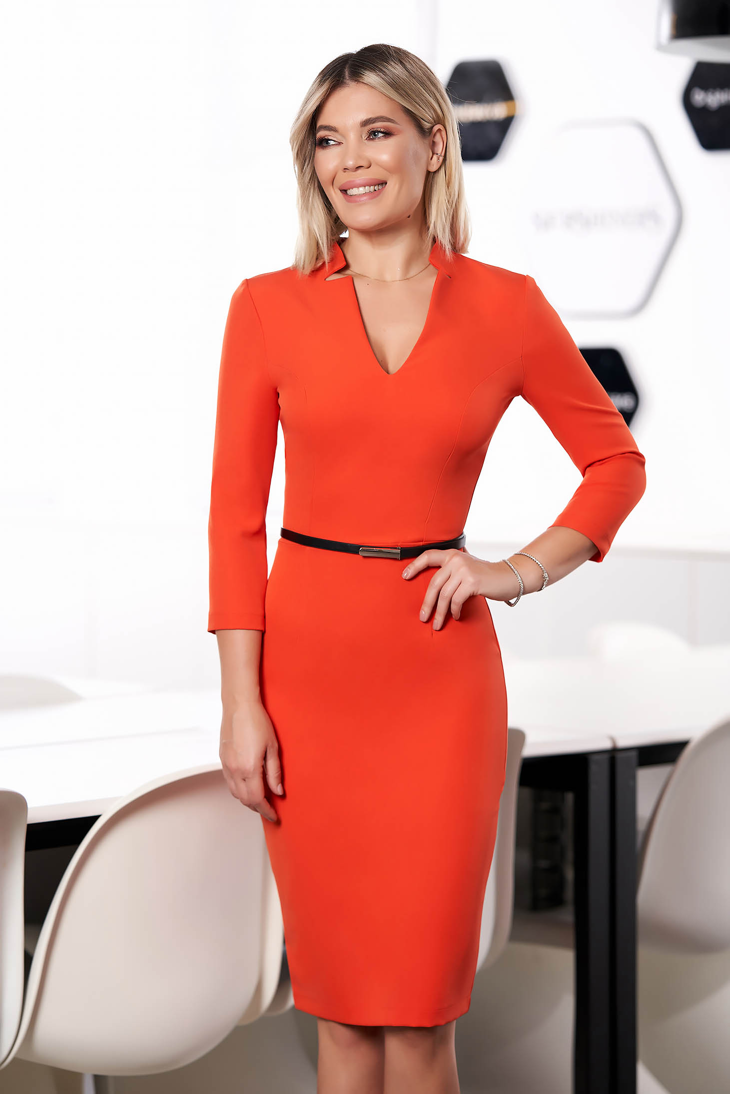 Rochie StarShinerS portocalie office midi tip creion din stofa elastica cu decolteu in v si maneci trei-sferturi