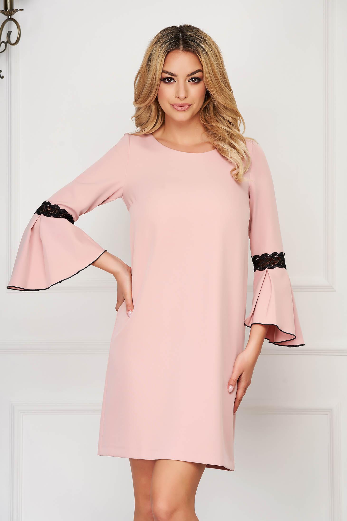 Rochie StarShinerS roz deschis scurta eleganta din stofa cu decolteu la baza gatului cu maneci trei-sferturi tip clopot si insertii de broderie