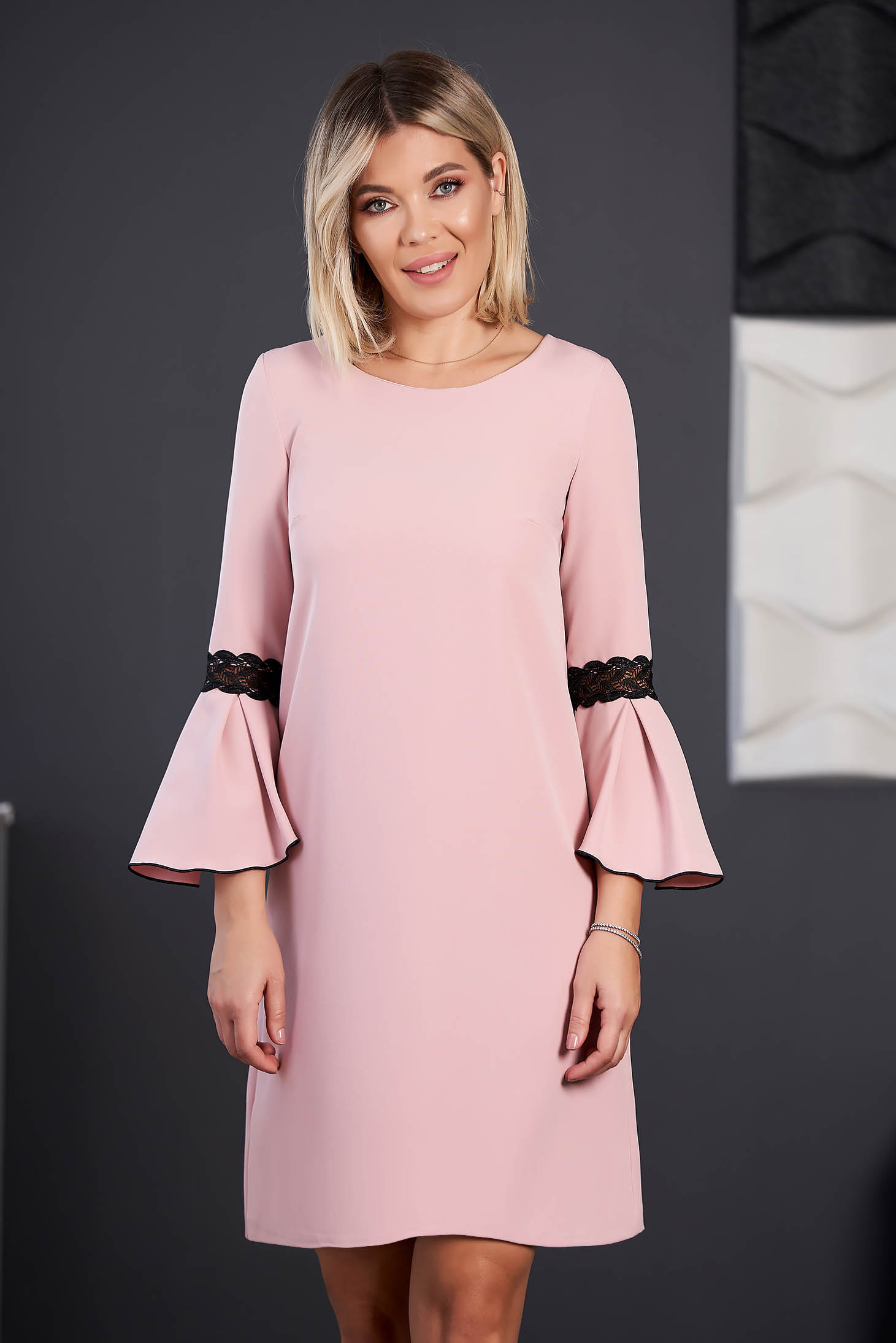 Világos rózsaszínű StarShinerS elegáns rövid ruha szövettel pólónyakkal háromnegyedes harang ujjakkal hímzett betétekkel