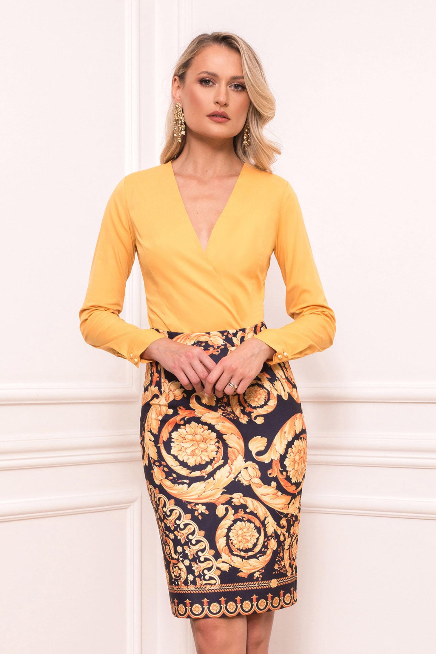 Aranyszínű szoknya elegáns rövid ceruza grafikai díszítéssel bélés nélkül hátul felsliccelt rugalmas anyagból