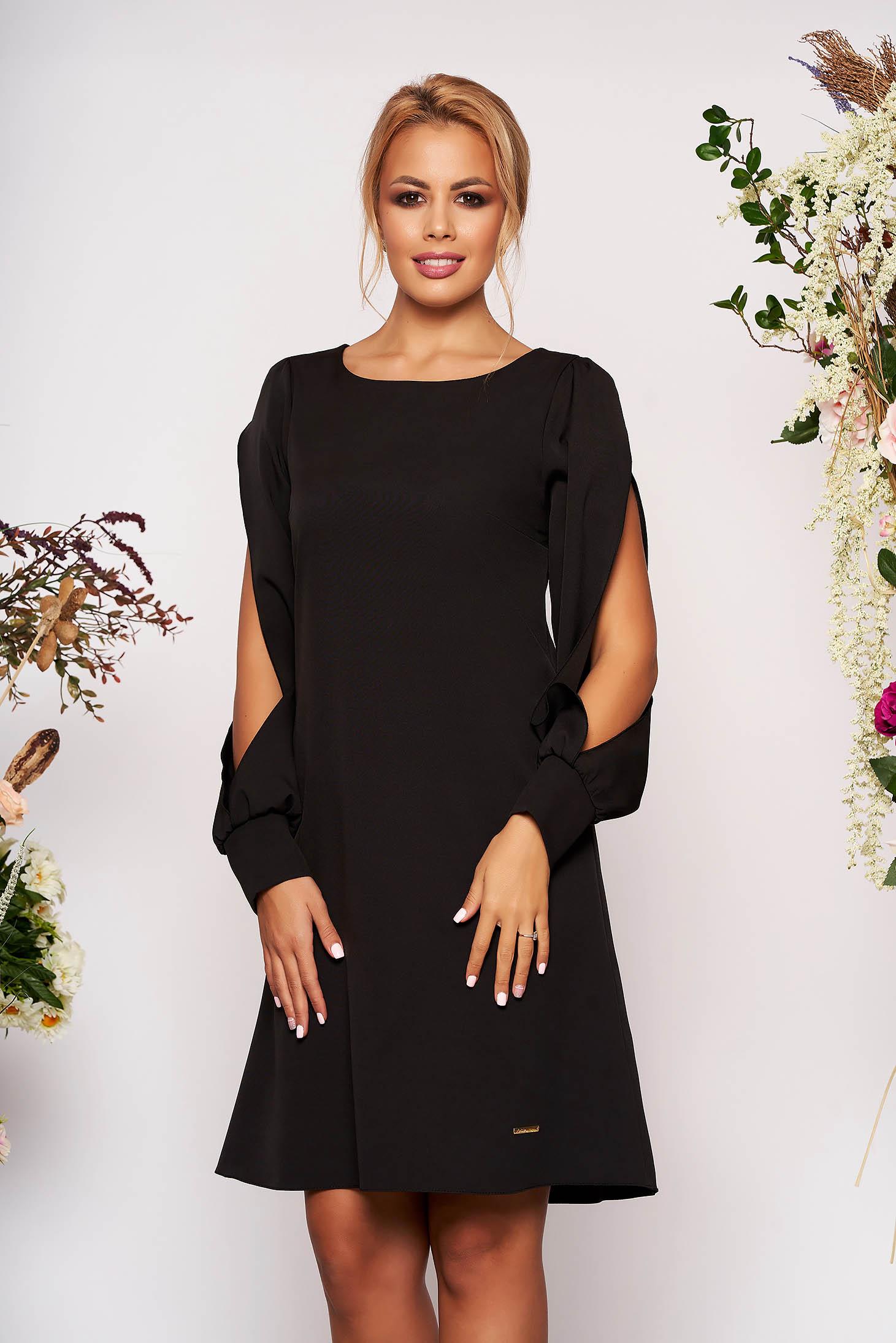 Rochie neagra eleganta scurta cu croi in a cu decolteu la baza gatului si maneci lungi decupate