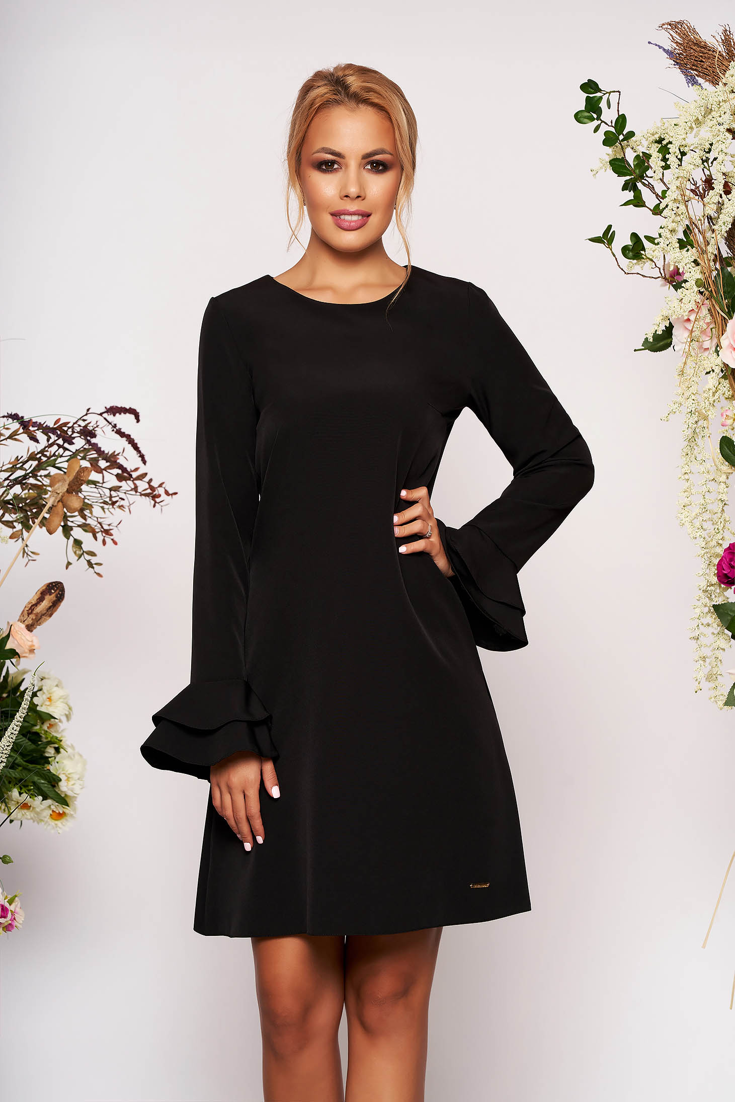 Rochie neagra scurta eleganta cu croi in a decolteu la baza gatului cu buzunare cu maneci lungi tip clopot