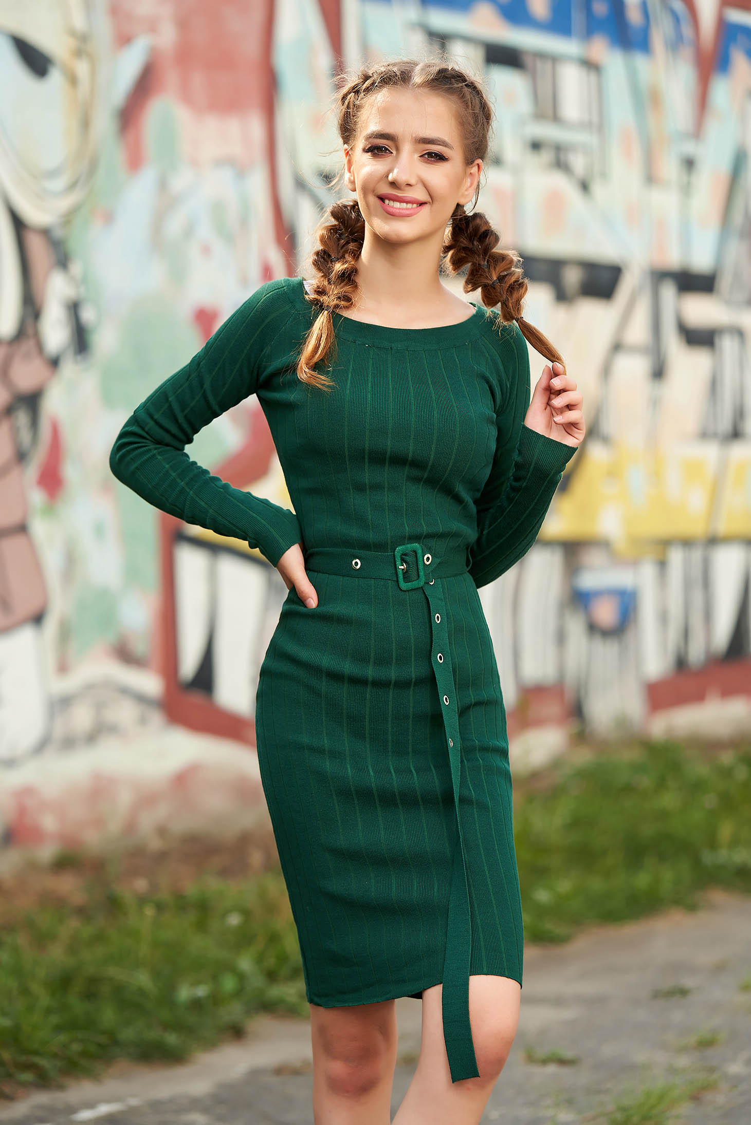 Rochie verde midi scurta casual tip creion cu decolteu rotunjit cu maneci lungi si accesoriu tip curea