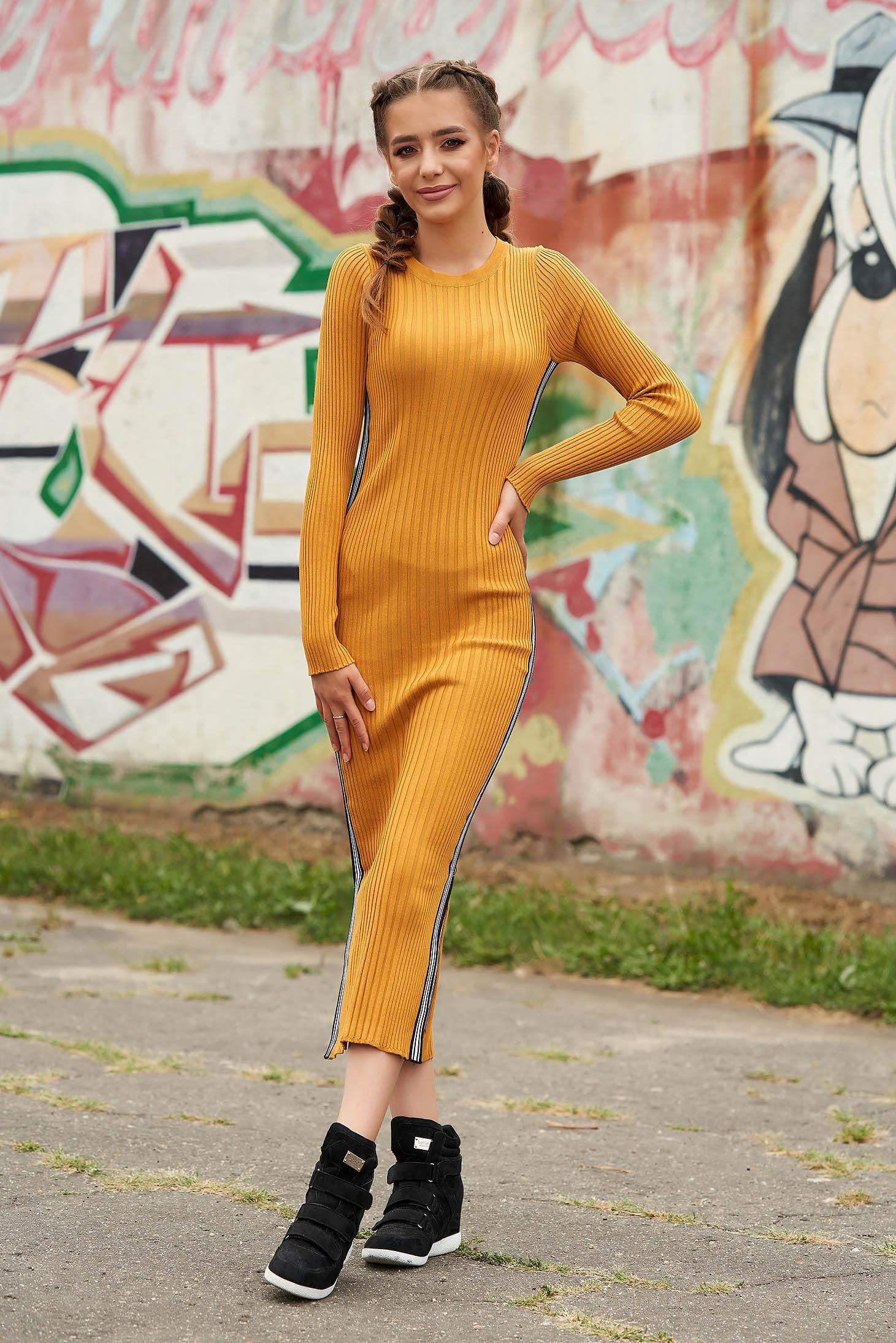 Rochie SunShine mustarie casual tip creion din material reiat tricotat cu decolteu rotunjit si maneci lungi