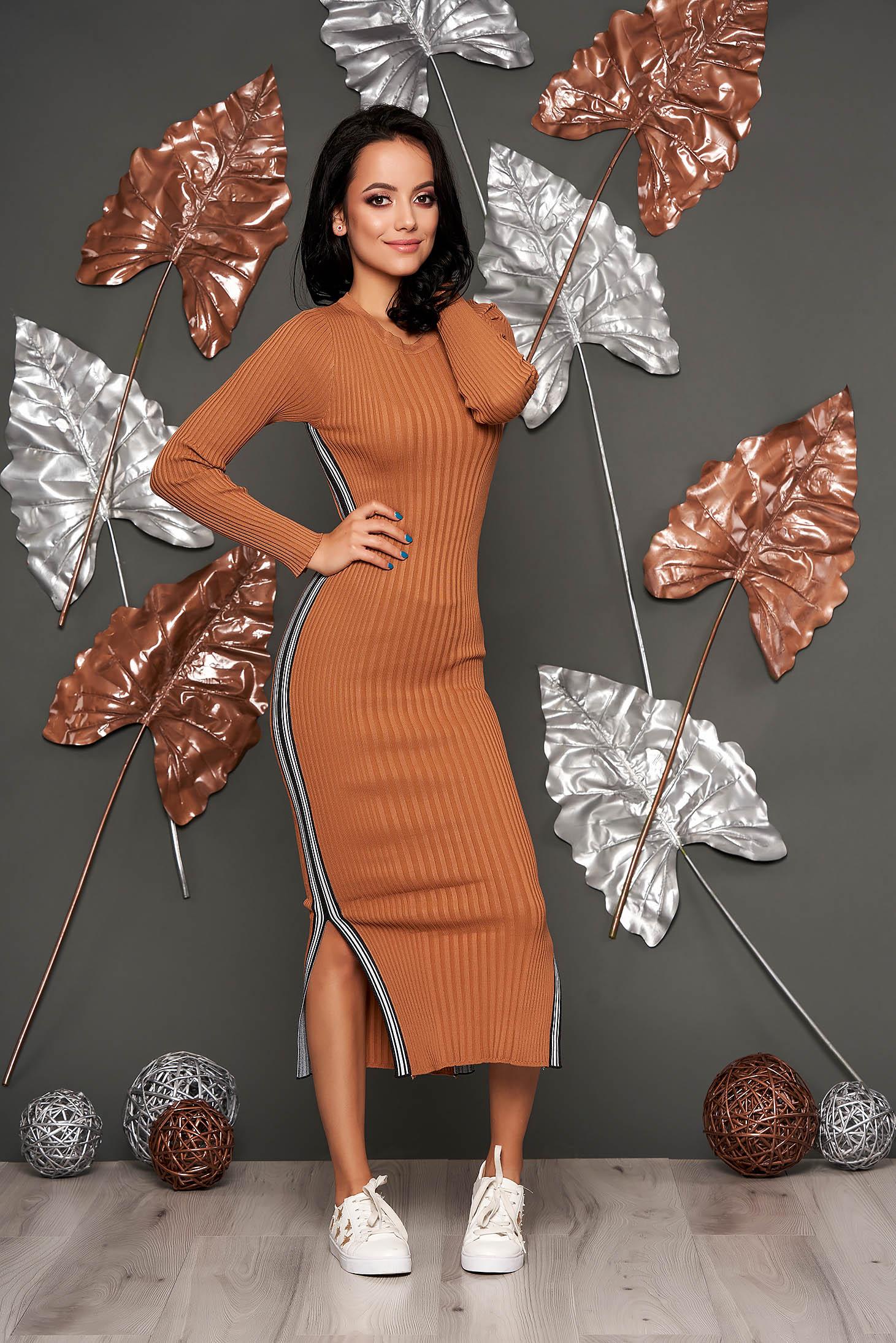 Rochie SunShine maro casual tip creion din material reiat tricotat cu decolteu rotunjit si maneci lungi