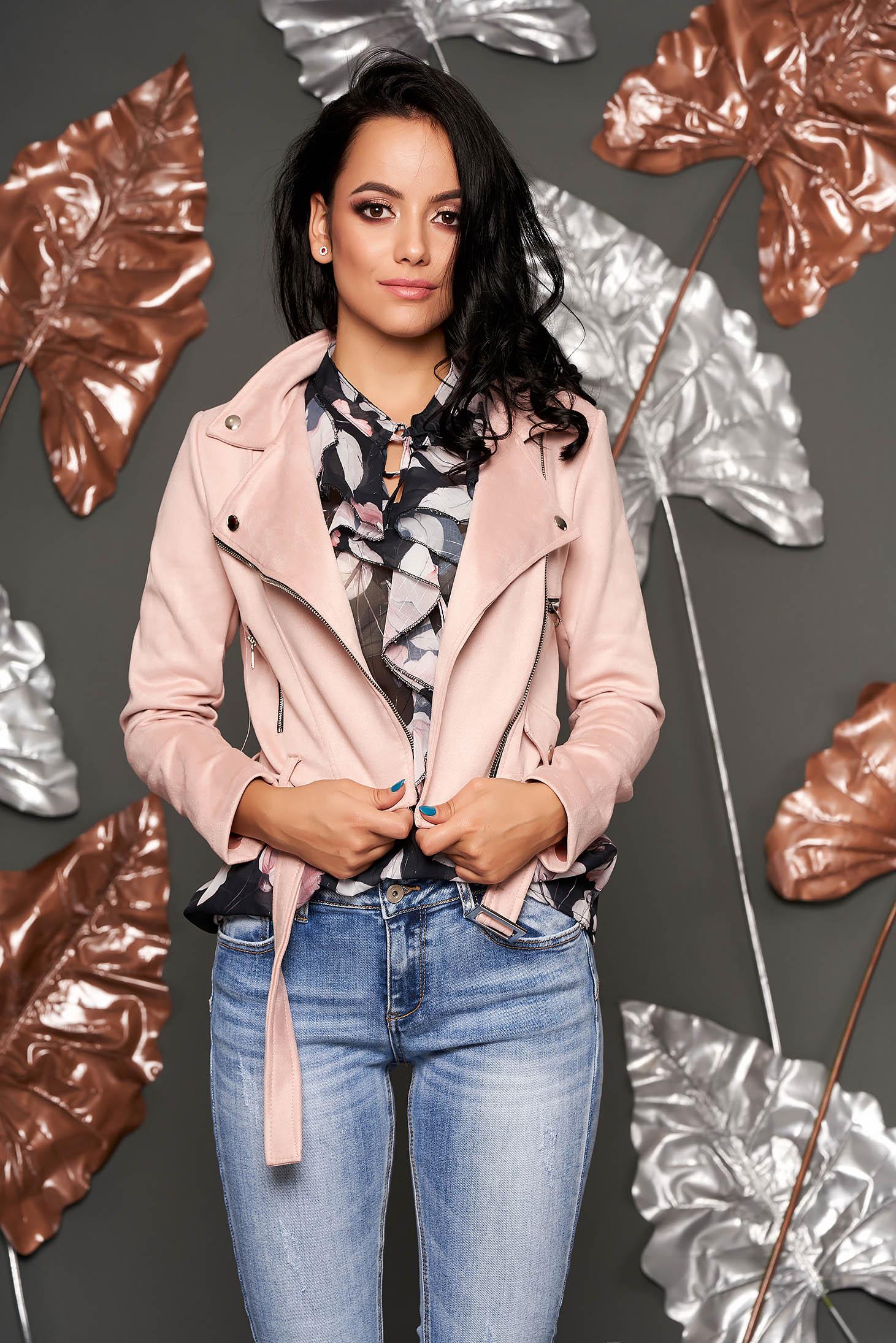 Geaca SunShine roz prafuit casual scurta din imitatie de piele cu buzunare accesorizata cu o catarama metalica