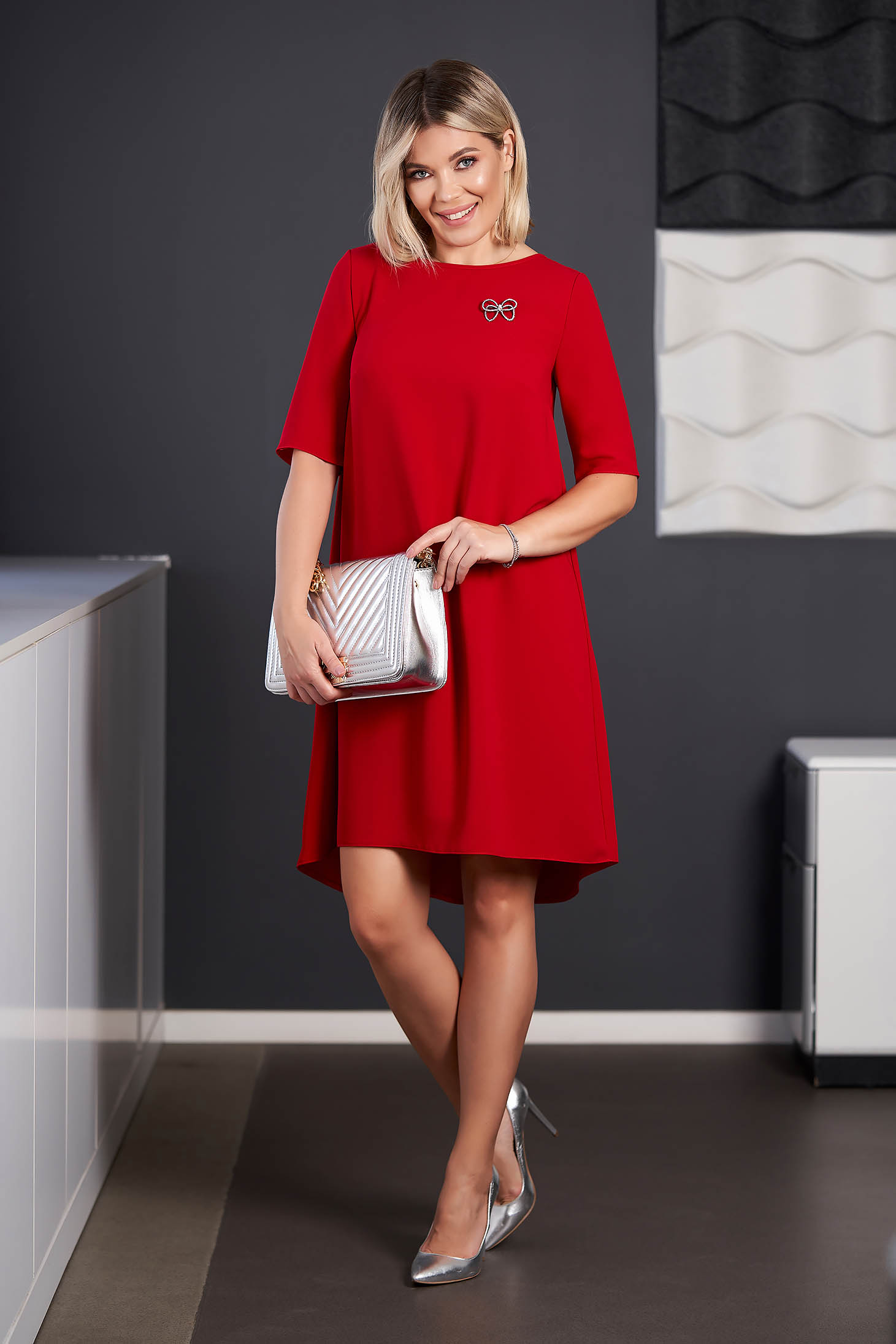 Rochie StarShinerS rosie eleganta asimetrica din stofa cu maneci scurte accesorizata cu brosa cu decolteu rotunjit