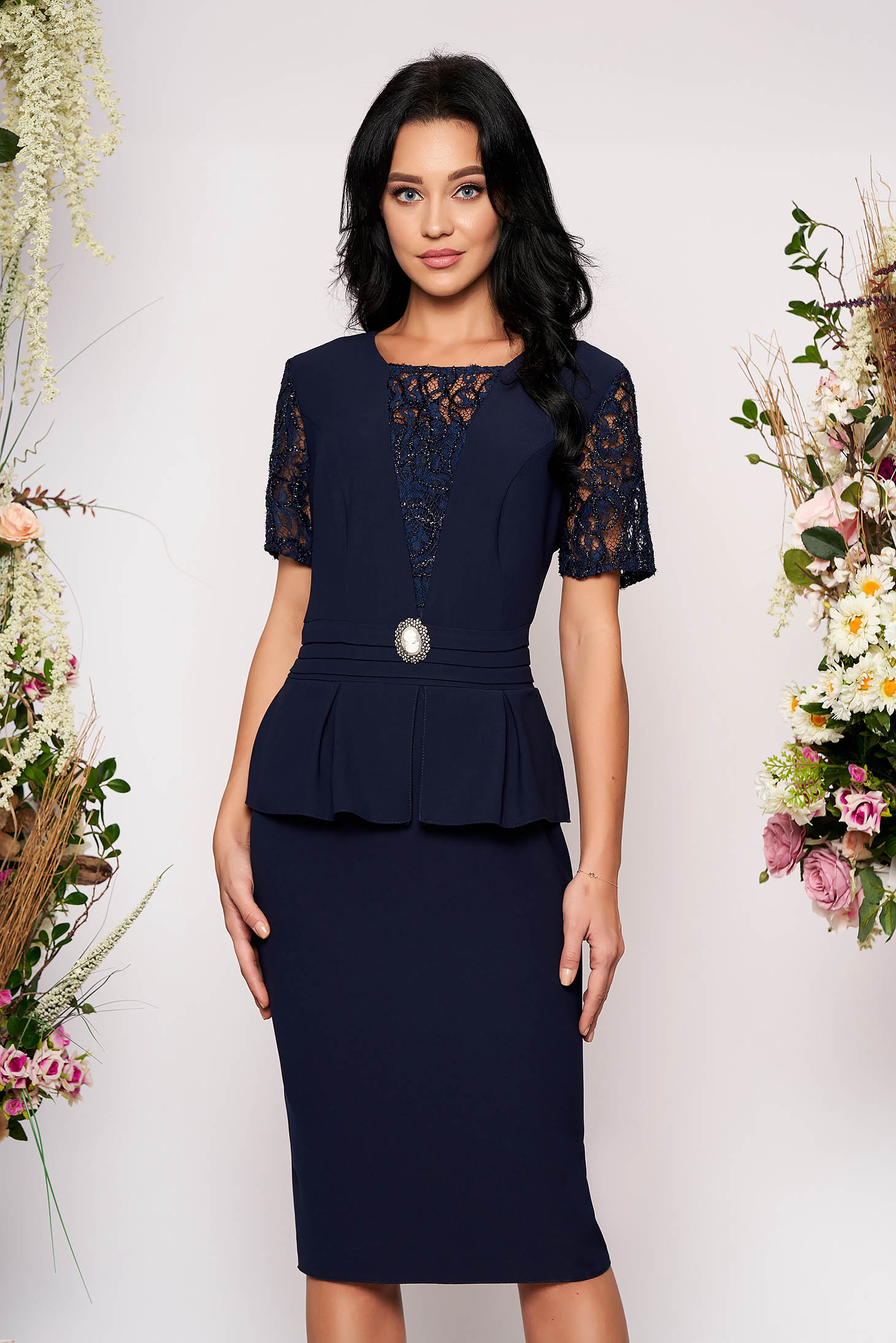 Rochie albastru-inchis midi de ocazie tip creion din stofa si dantela cu maneci scurte accesorizata cu brosa