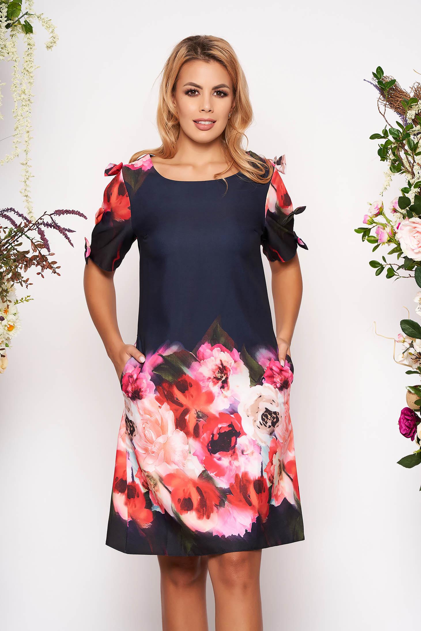 Rochie albastru-inchis scurta de zi din scuba cu croi larg cu buzunare cu decolteu rotunjit si imprimeu floral