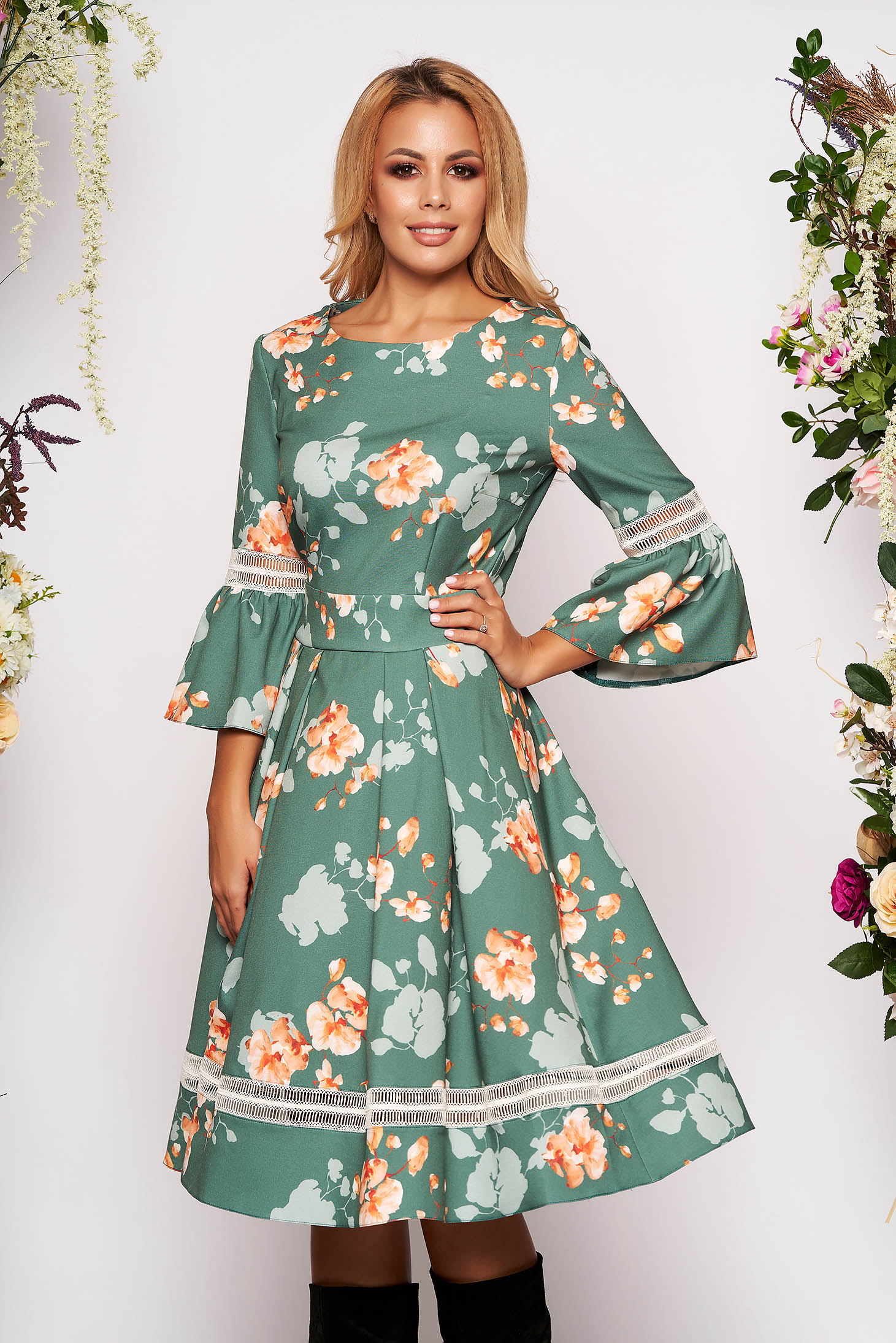 Rochie LaDonna verde-deschis eleganta in clos cu maneci clopot si decolteu la baza gatului cu imprimeu floral