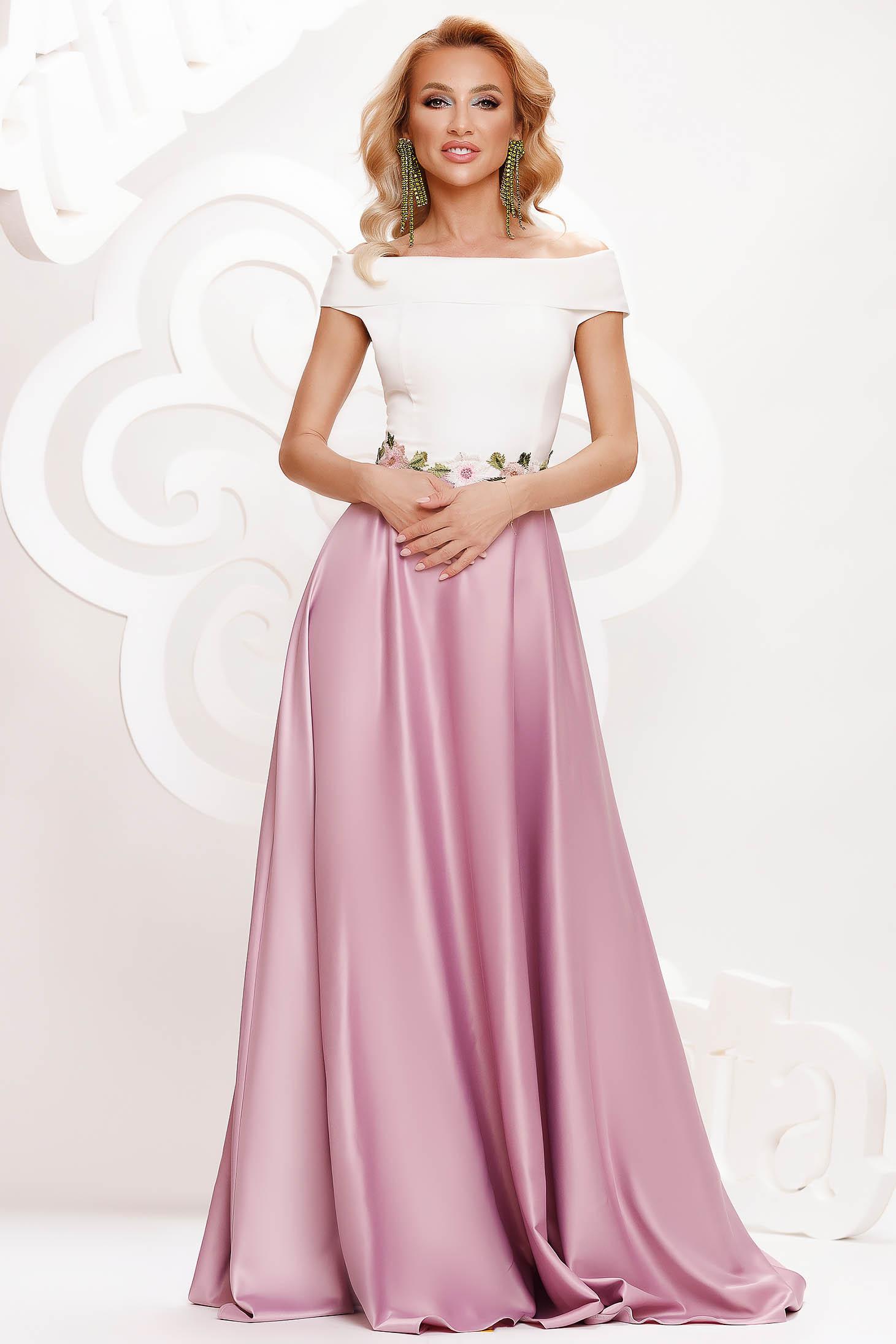 Rochie roz deschis de ocazie in clos din material satinat cu insertii de broderie