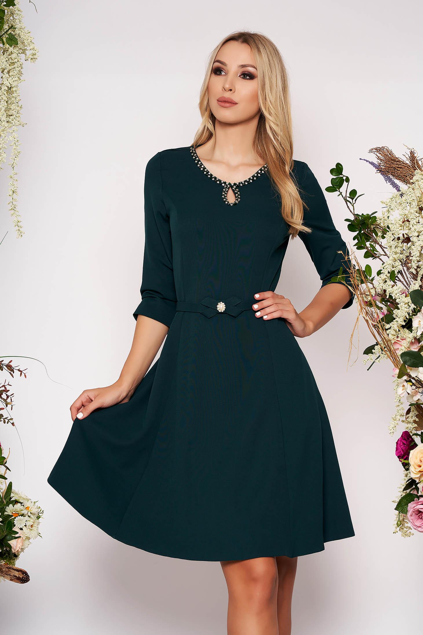 Rochie verde-inchis eleganta in clos din material fin la atingere detalii handmade cu accesoriu tip curea