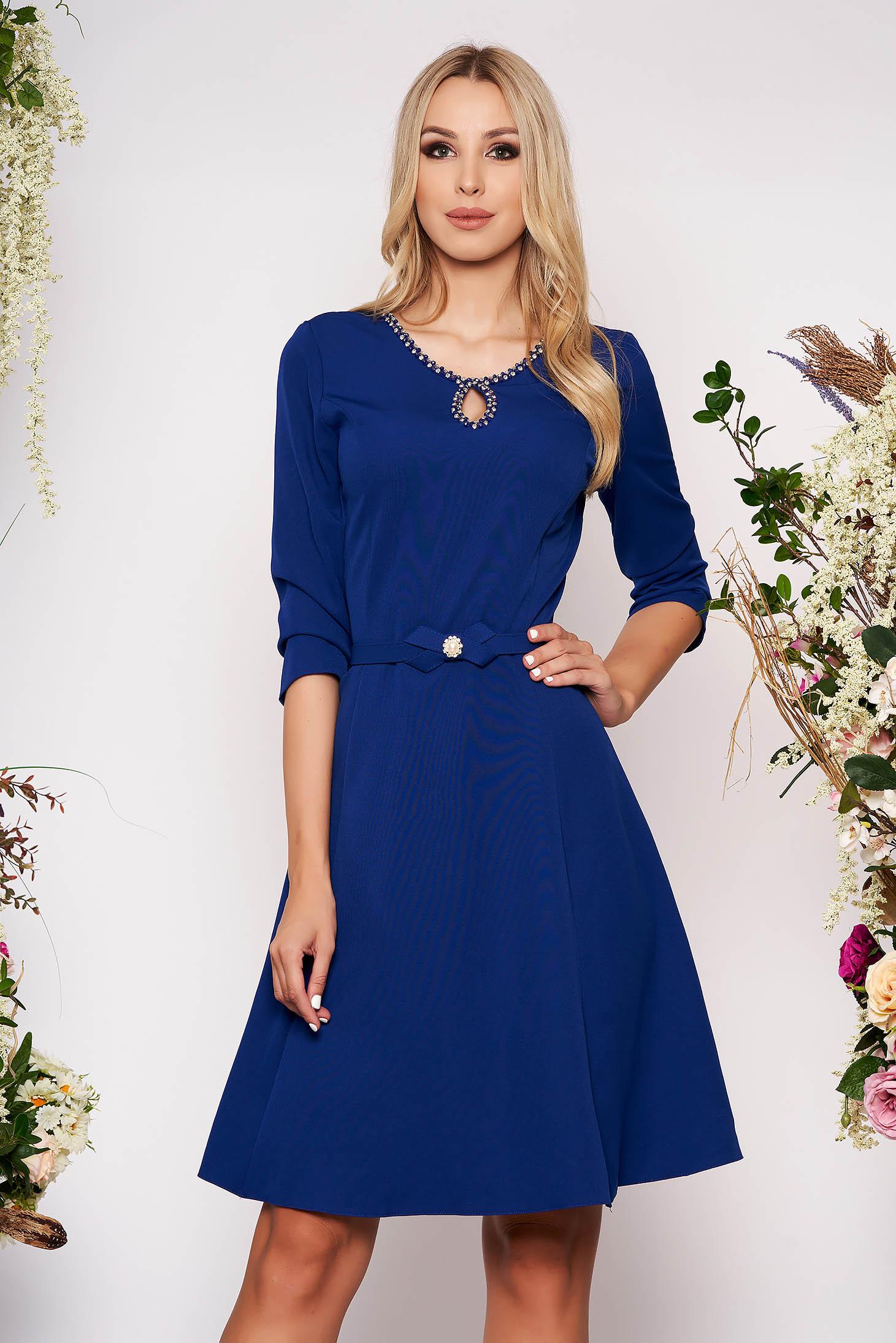 Rochie albastra eleganta in clos din material fin la atingere detalii handmade cu accesoriu tip curea