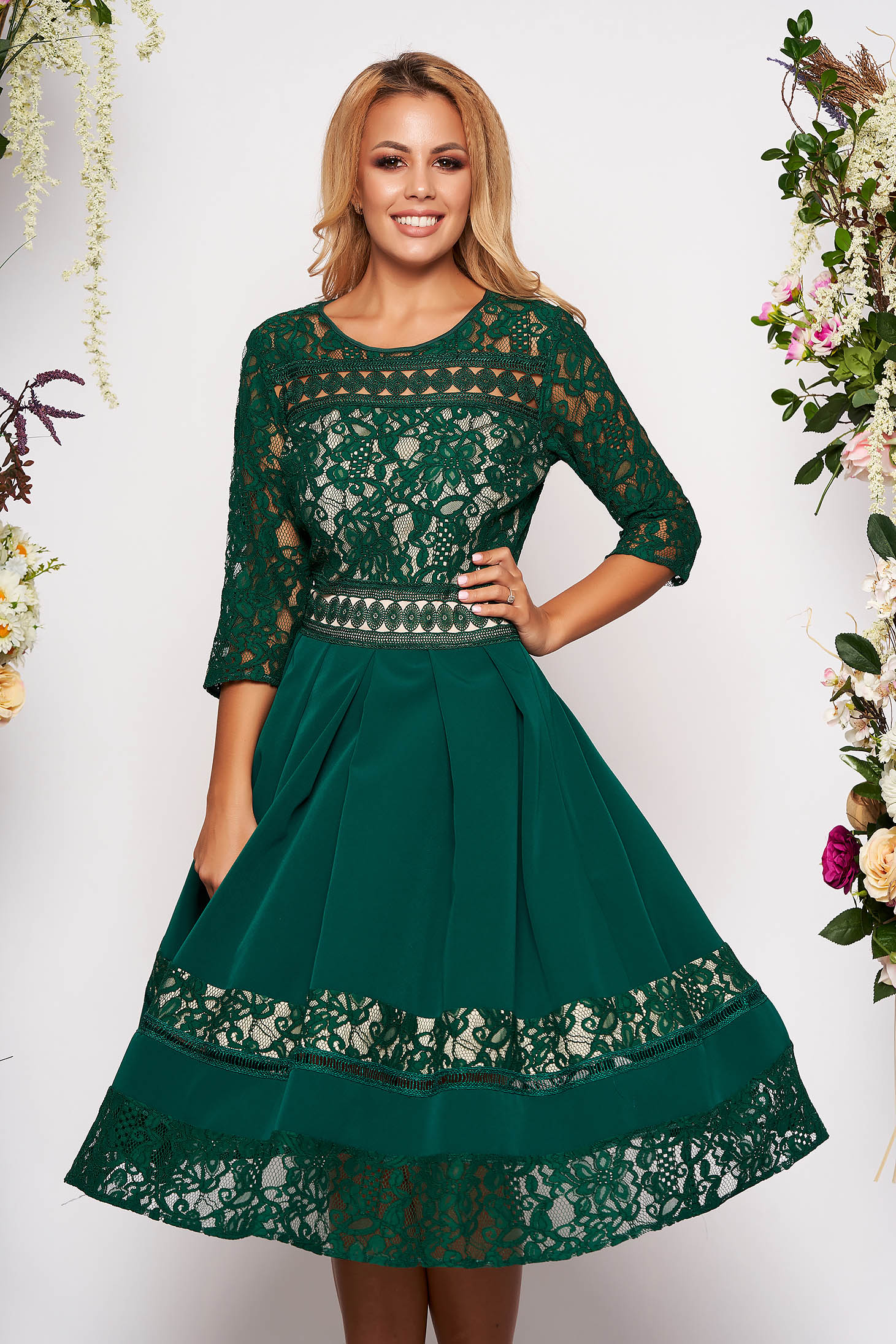 Green dress elegant midi cloche laced with 3/4 sleeves without clothing with rounded cleavage