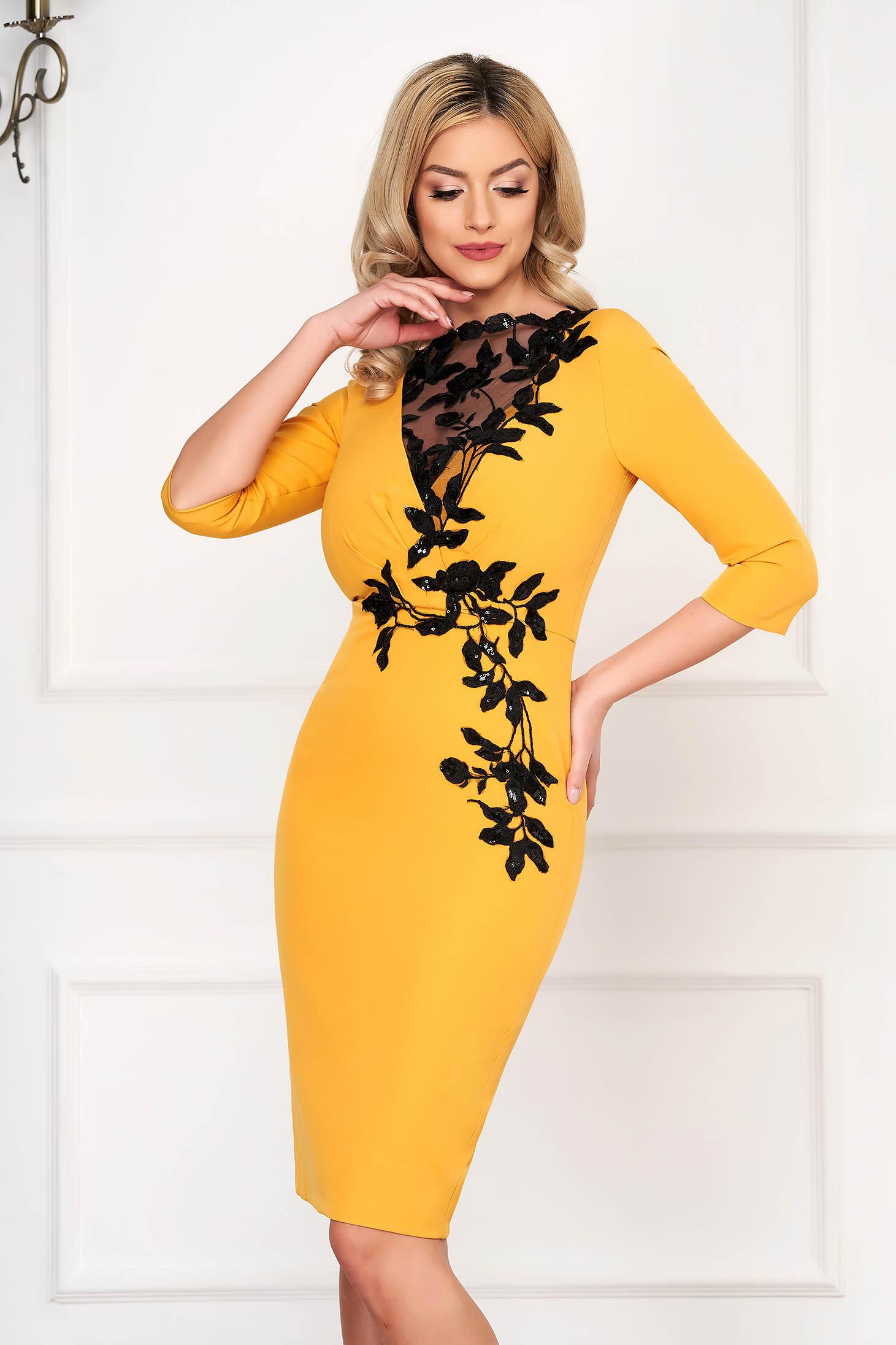 Rochie mustarie midi de ocazie din stofa elastica cu maneci trei-sferturi si broderie florala