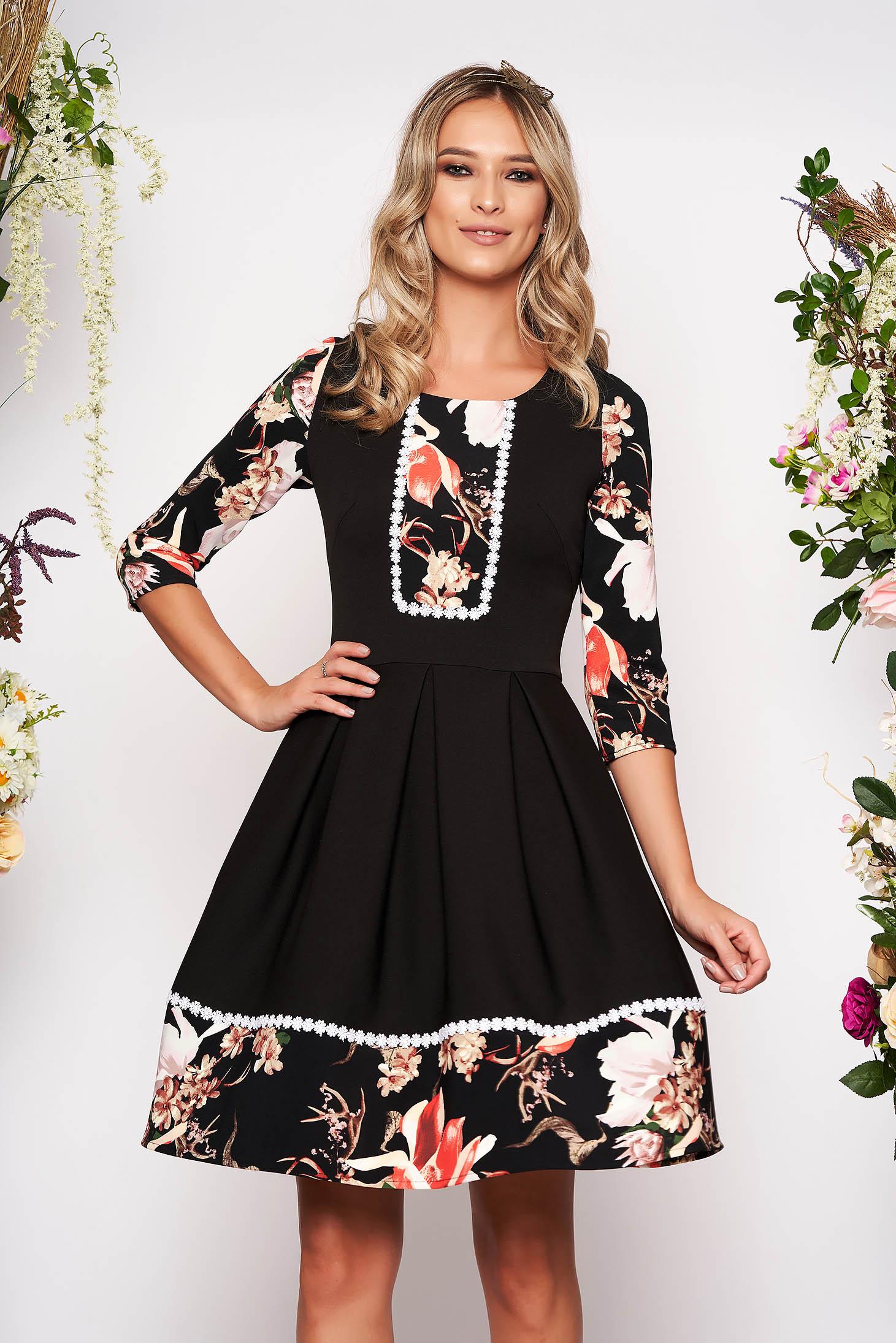 Rochie neagra eleganta scurta in clos cu maneci trei-sferturi fara captuseala cu imprimeu floral si decolteu rotunjit