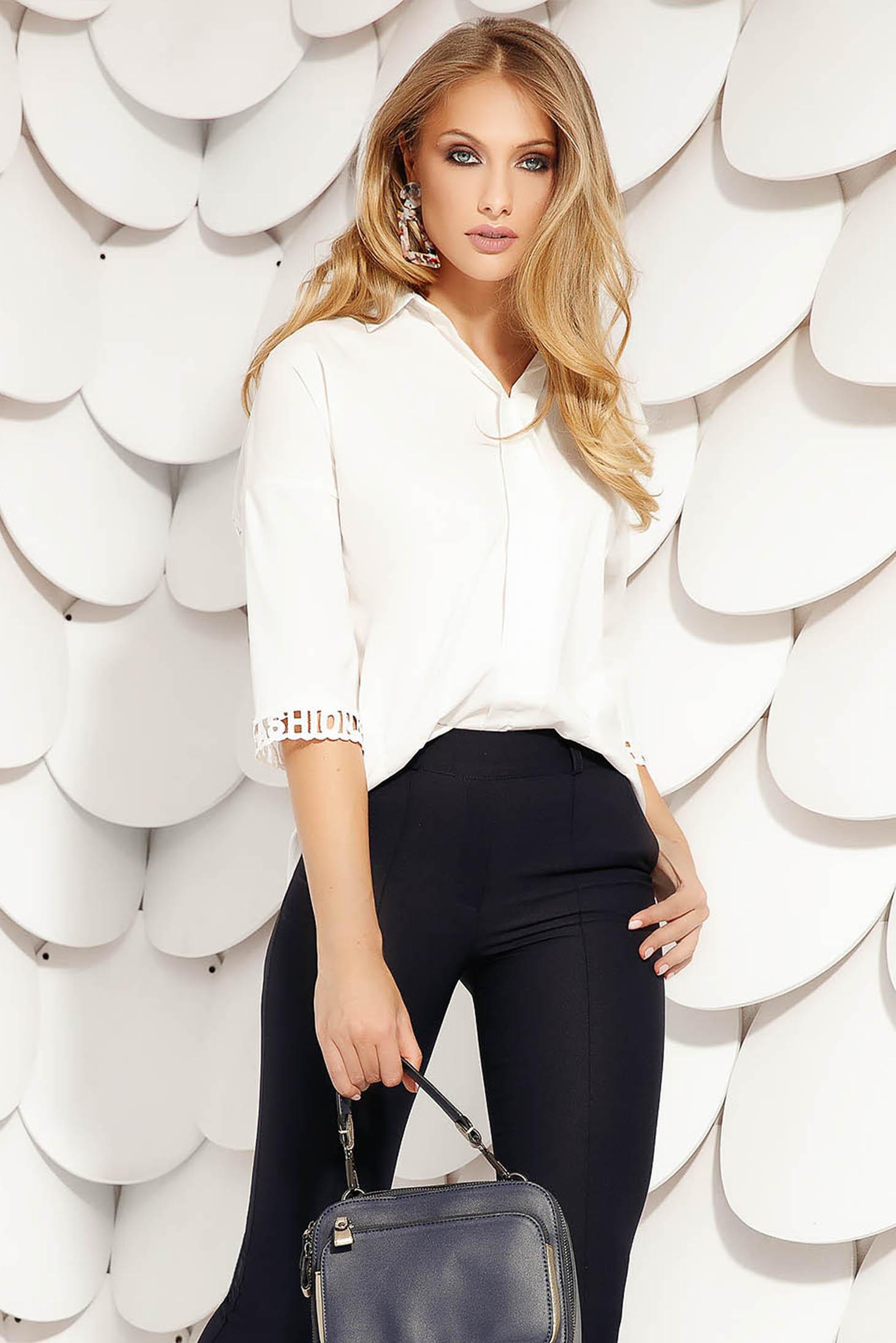 Fehér elegáns rövid pamutból készült bő szabású aszimetrikus női ing háromnegyedes ujjakkal rugalmas anyagból