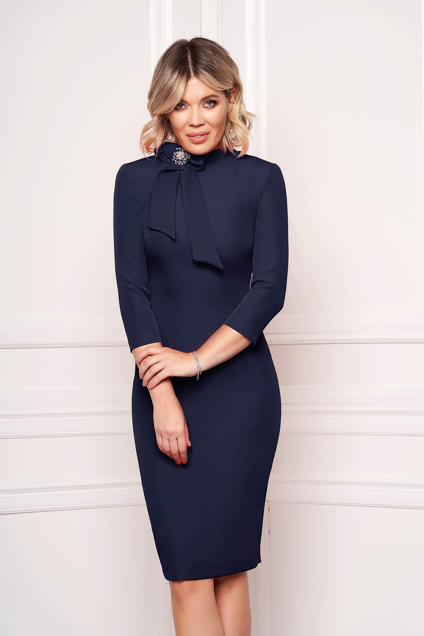Rochie StarShinerS albastru-inchis eleganta office midi din stofa elastica accesorizata cu brosa la gat