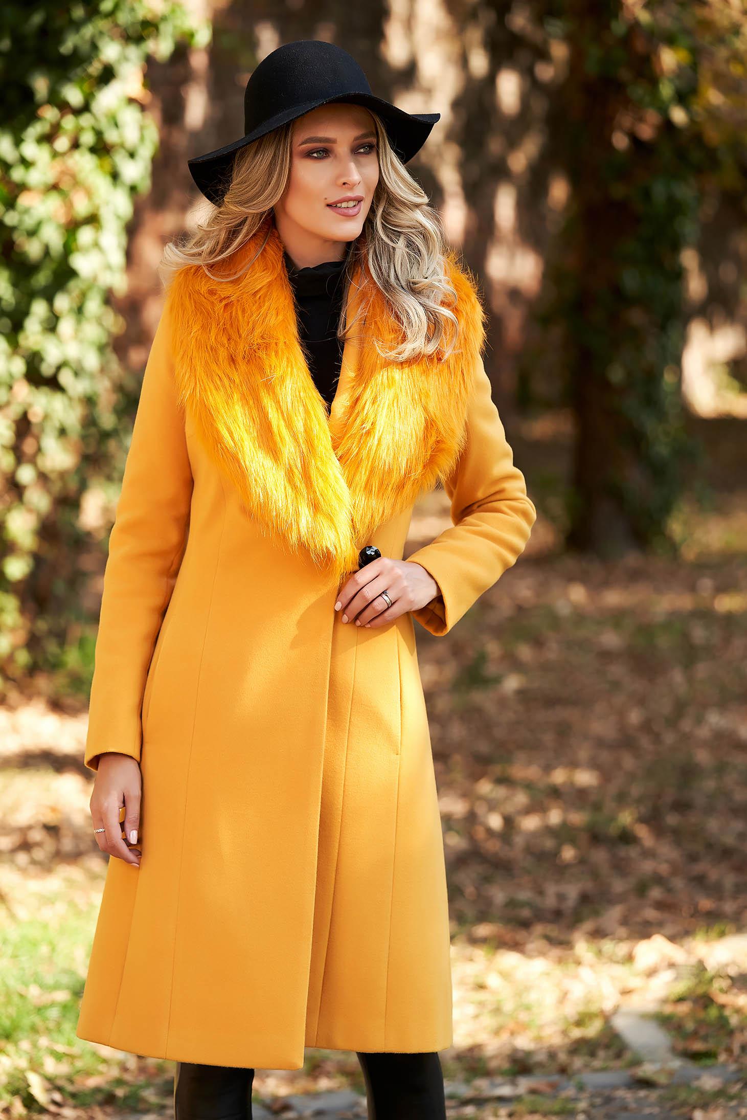 Mustársárga elegáns nagykabát szőrme gallér béléssel