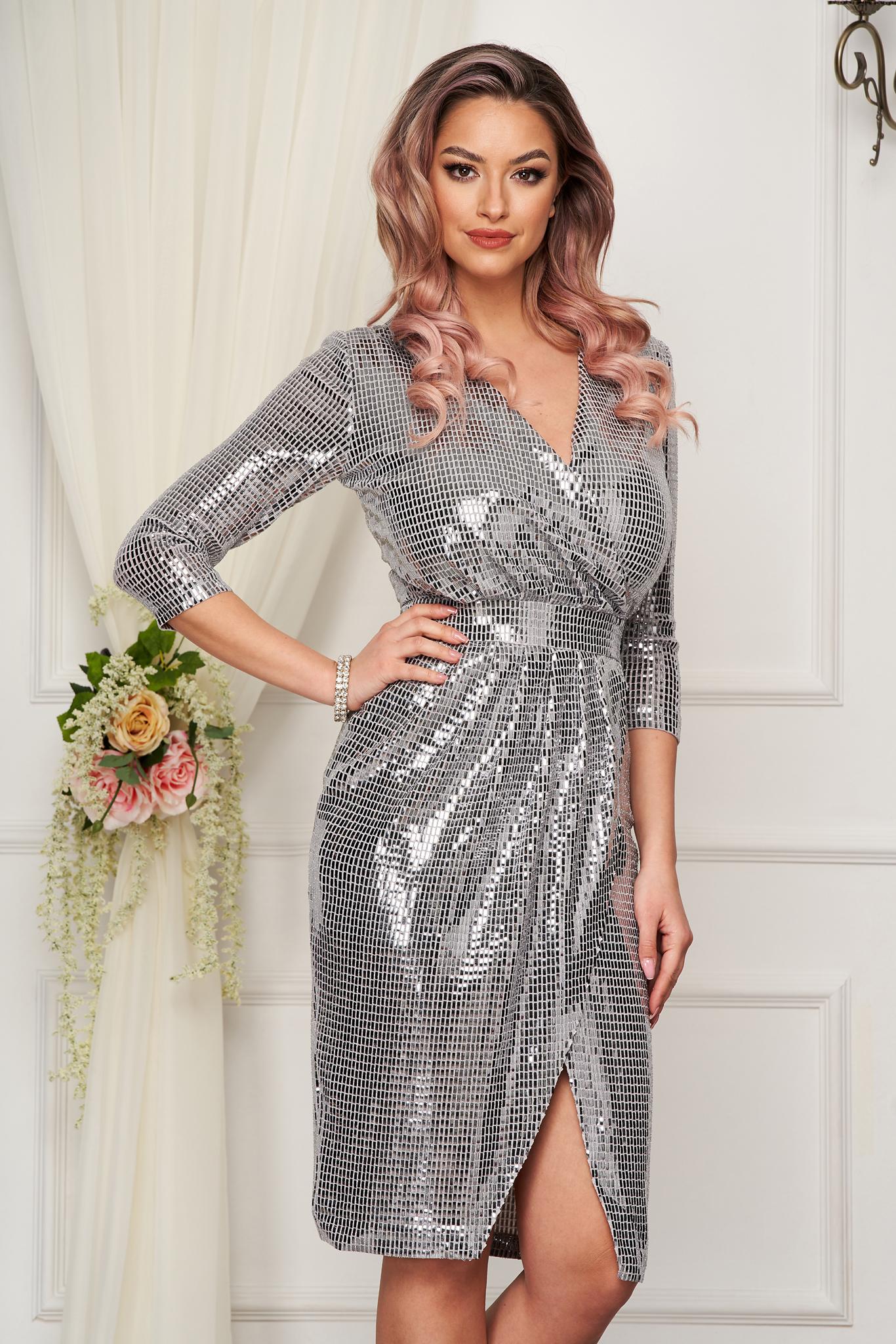 StarShinerS ezüstszínű alkalmi flitteres átlapolt midi szűk szabású ruha v-dekoltázzsal háromnegyedes ujjakkal