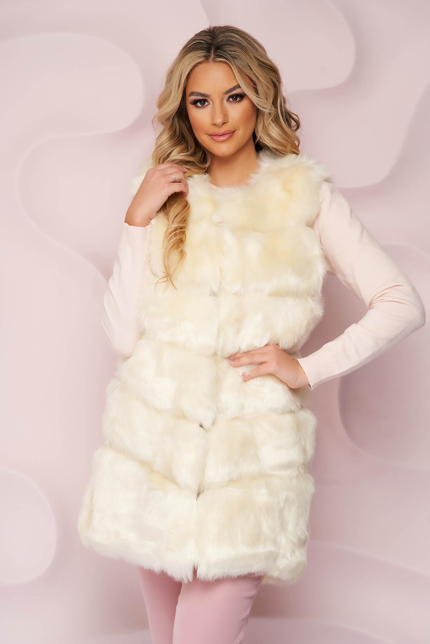 Gilet with easy cut from ecological fur with inside lining cream with pockets
