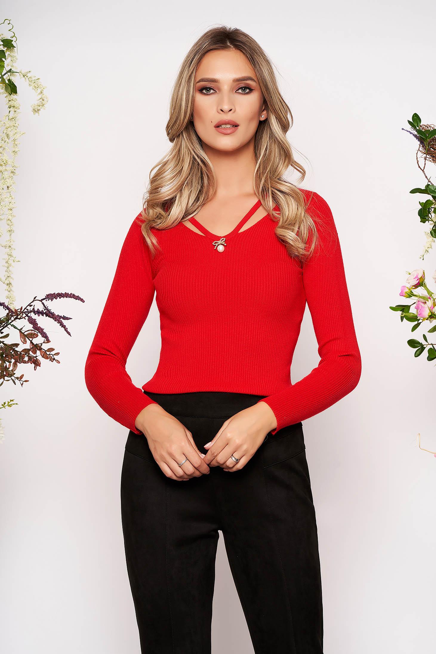 Bluza dama SunShine rosie tricotata mulata cu maneca lunga cu decolteu in v decupati in fata accesorizata cu brosa