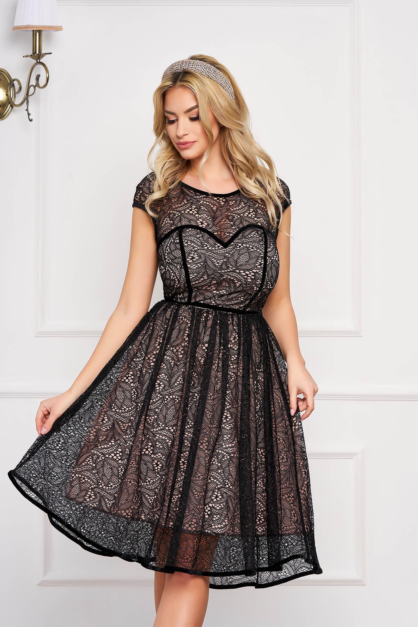 Fekete StarShinerS elegáns rövid ujjú alkalmi ruha csipkés anyagból béléssel