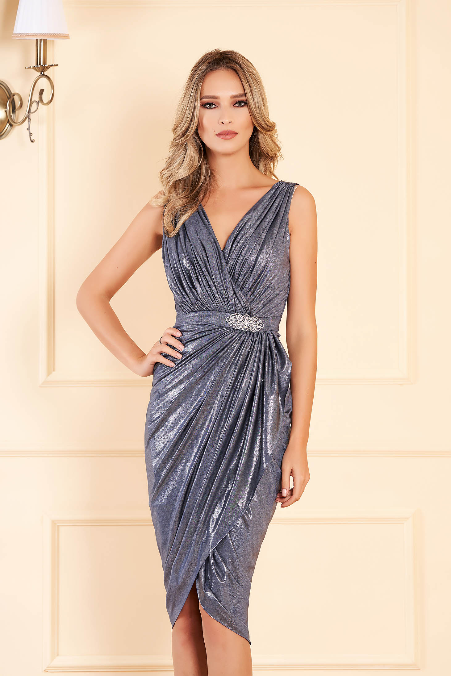 Silver occasional dress with tented cut with v-neckline from shiny fabric