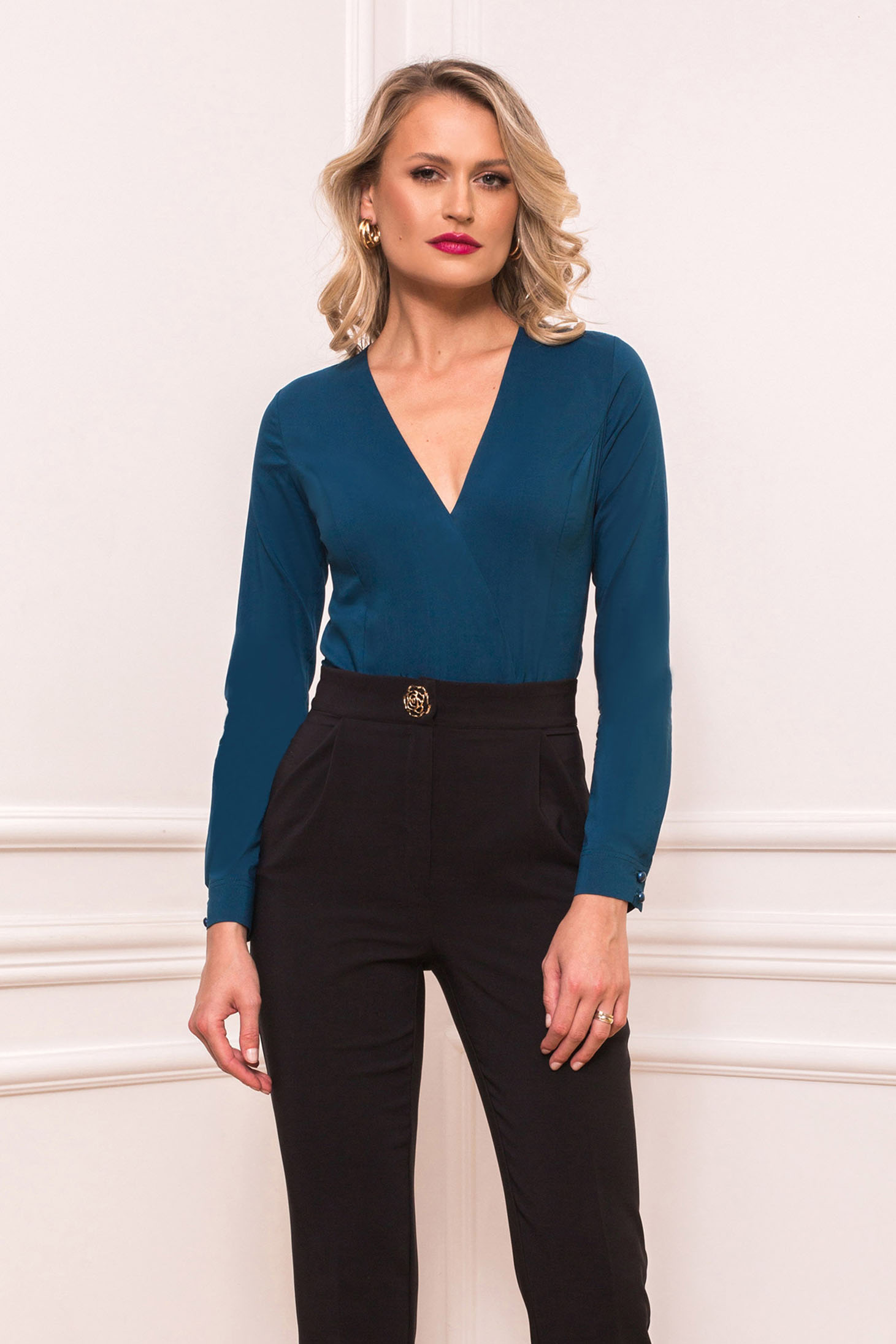 Blue office body with tented cut with v-neckline slightly elastic cotton