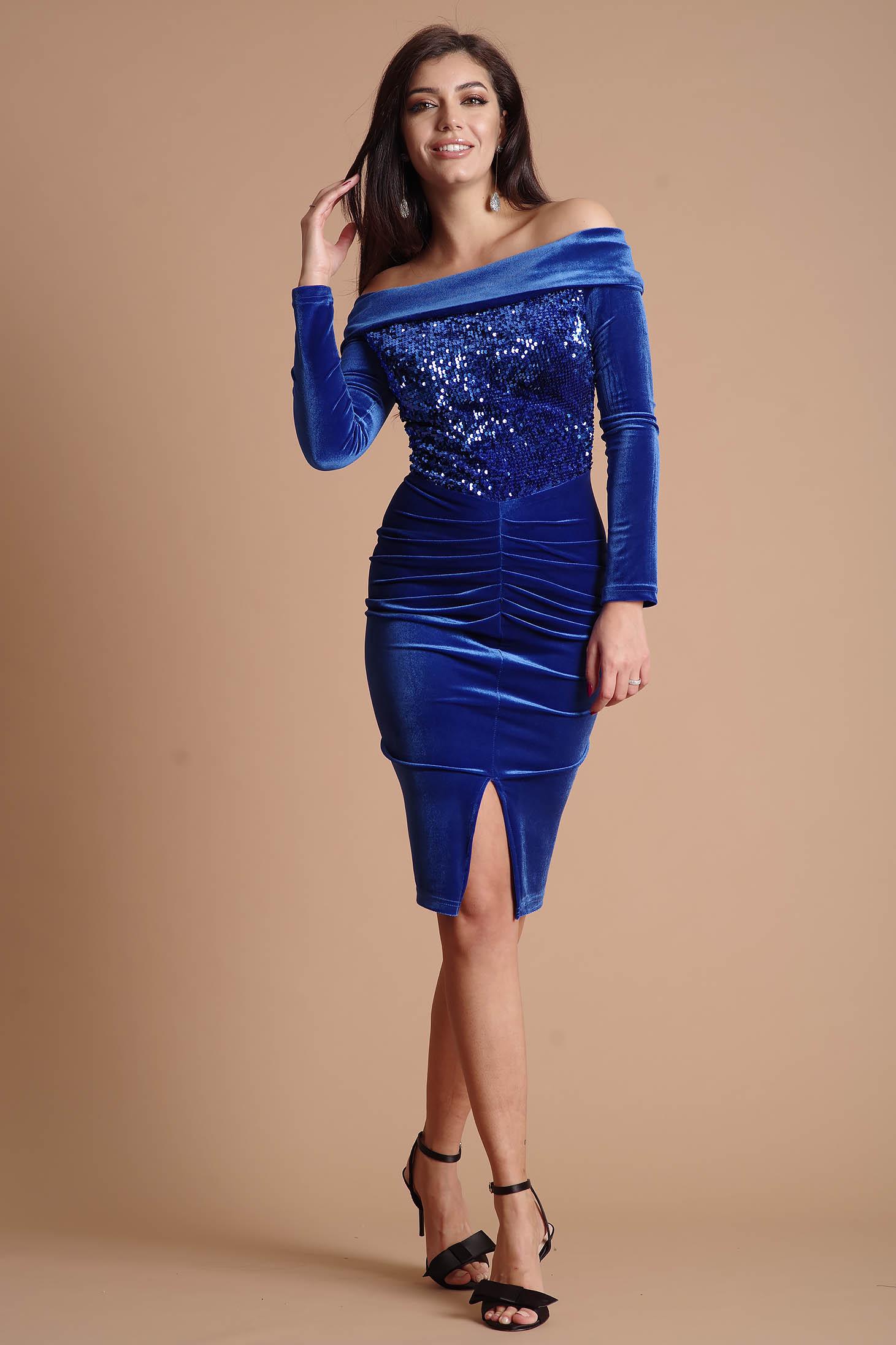 Rochie albastra midi de ocazie tip creion din catifea cu aplicatii cu paiete cu maneci lungi umeri goi fara captuseala