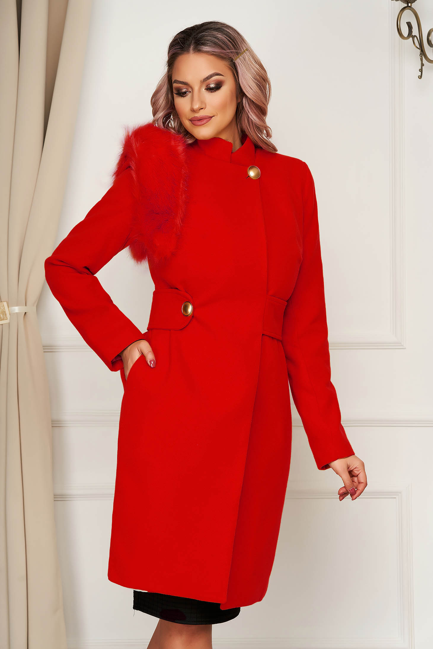 Coat red cloth with faux fur details accessorized with tied waistband