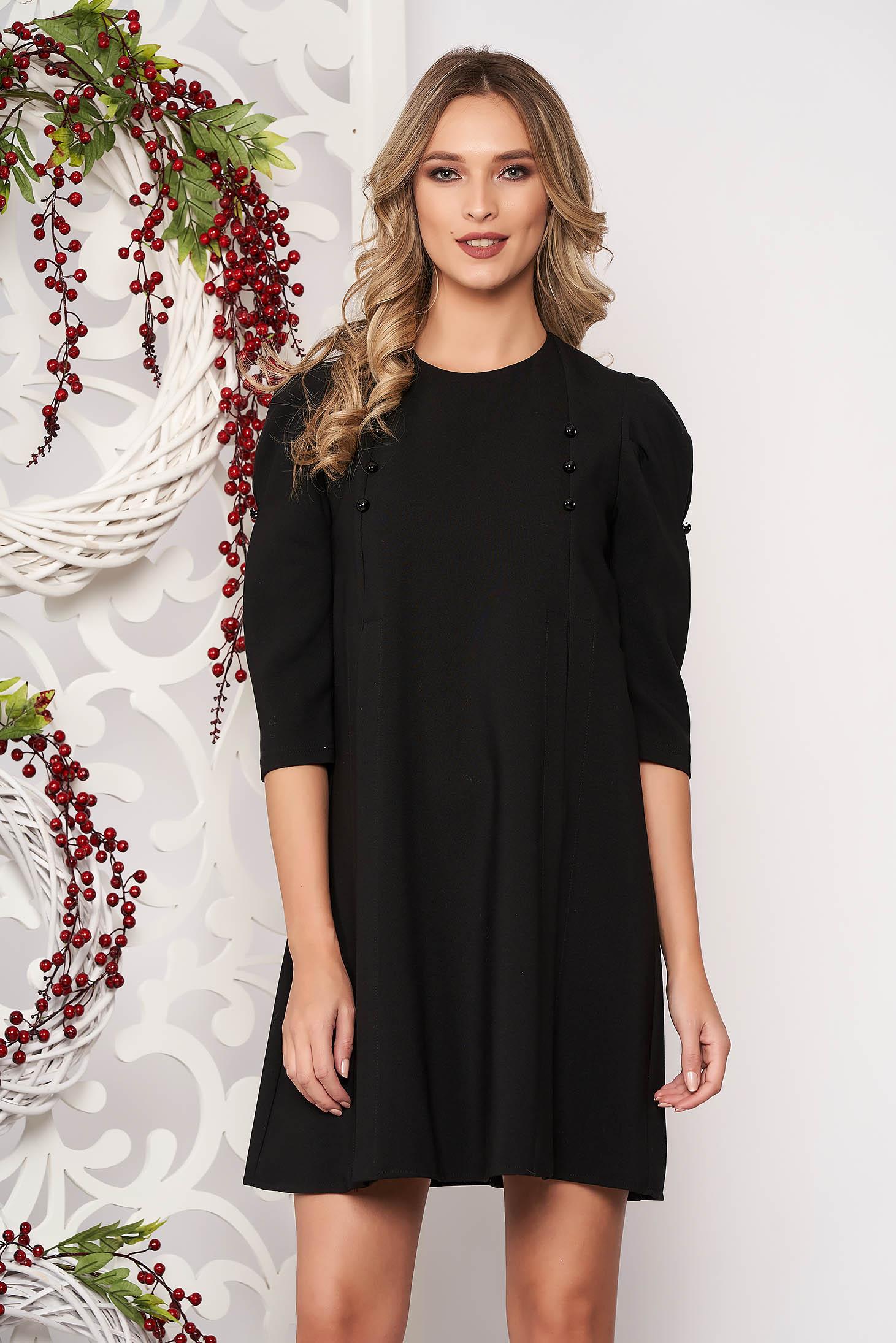 Rochie Artista neagra de zi cu croi larg din stofa usor elastica accesorizata cu nasturi cu maneci trei-sferturi