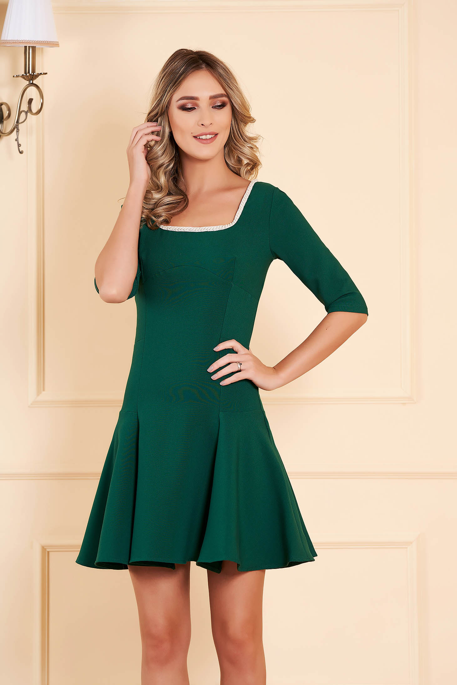 Rochie Artista verde de ocazie croi in clos scurta din stofa usor elastica cu maneci trei-sferturi