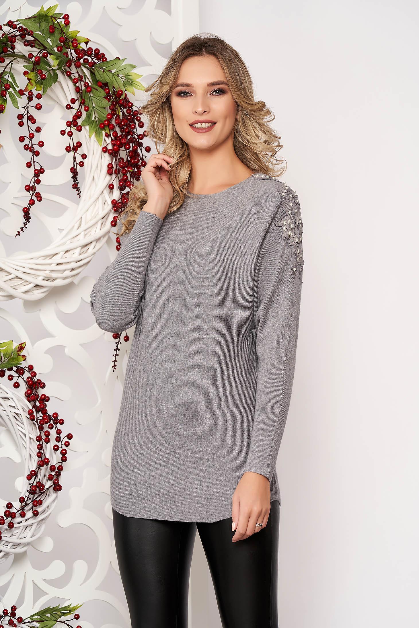 Pulover SunShine gri cu croi larg scurt din material tricotat cu aplicatii de dantela cu maneci lungi