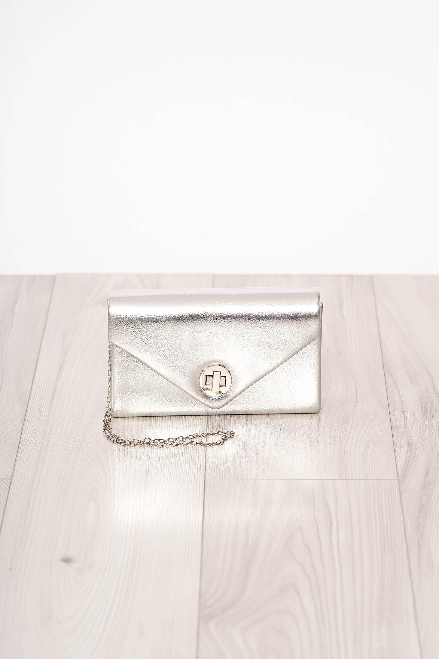 Geanta dama SunShine argintie de ocazie din piele ecologica cu aspect satinat cu maner lung tip lantisor si accesorizata cu o catarama