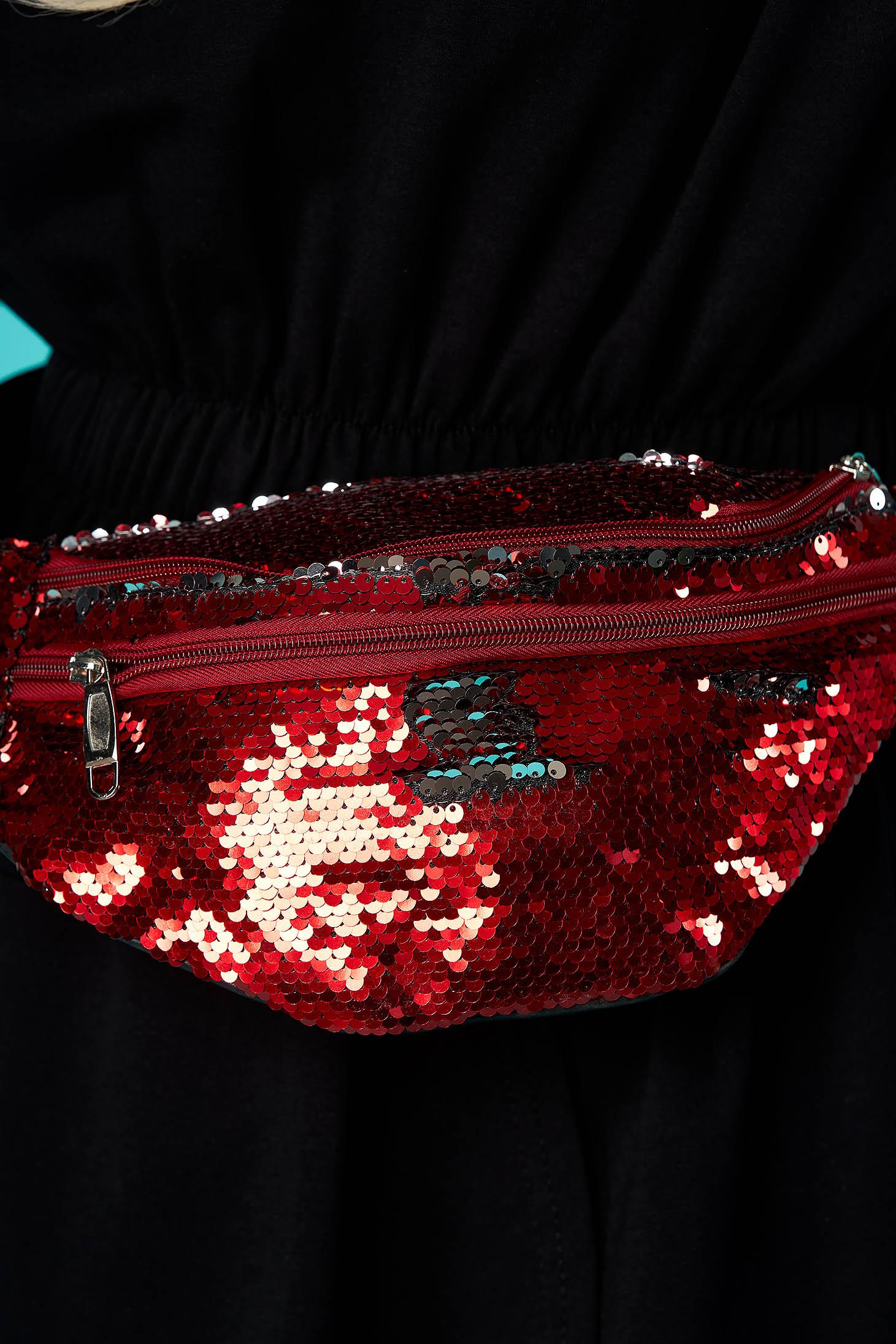 Piros táska flitteres díszítéssel cipzárral és hosszú, állítható pánttal