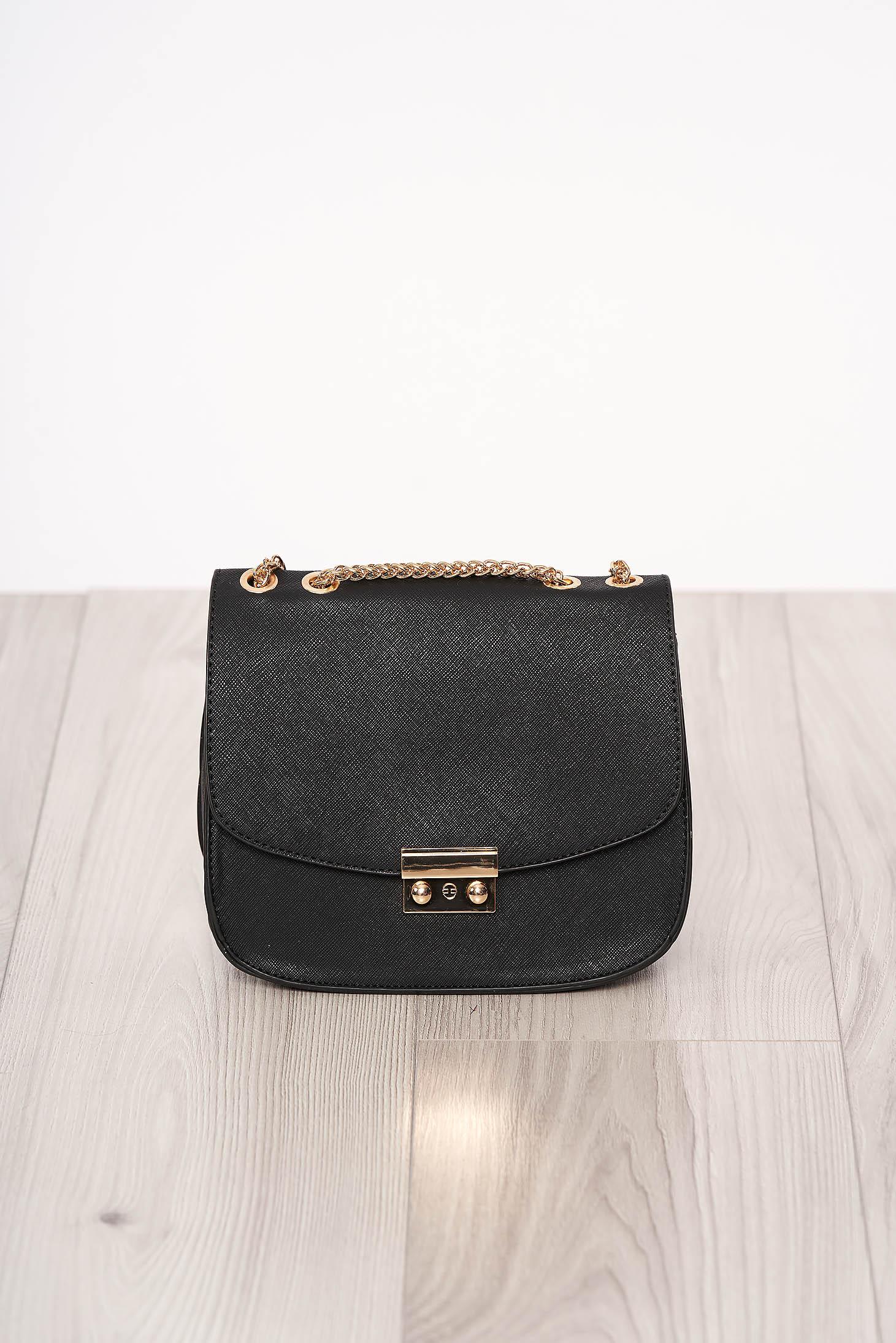 Fekete szintetikus bőr táska cipzárral hosszú, lánc jellegű akasztóval és csatokkal van ellátva