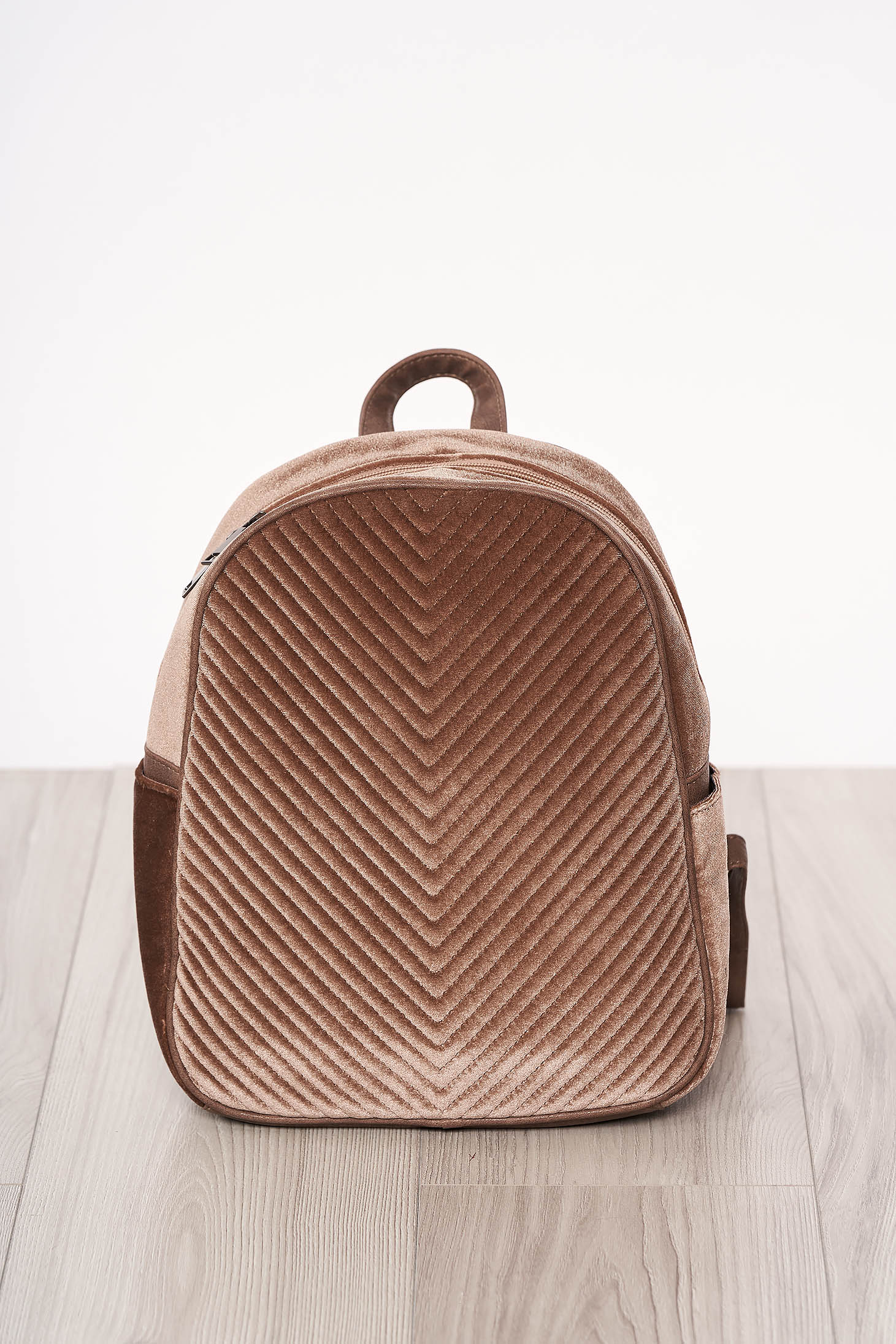 Rucsac SunShine maro din catifea accesorizat cu fermoar cu maner lung reglabil cu manere scurte
