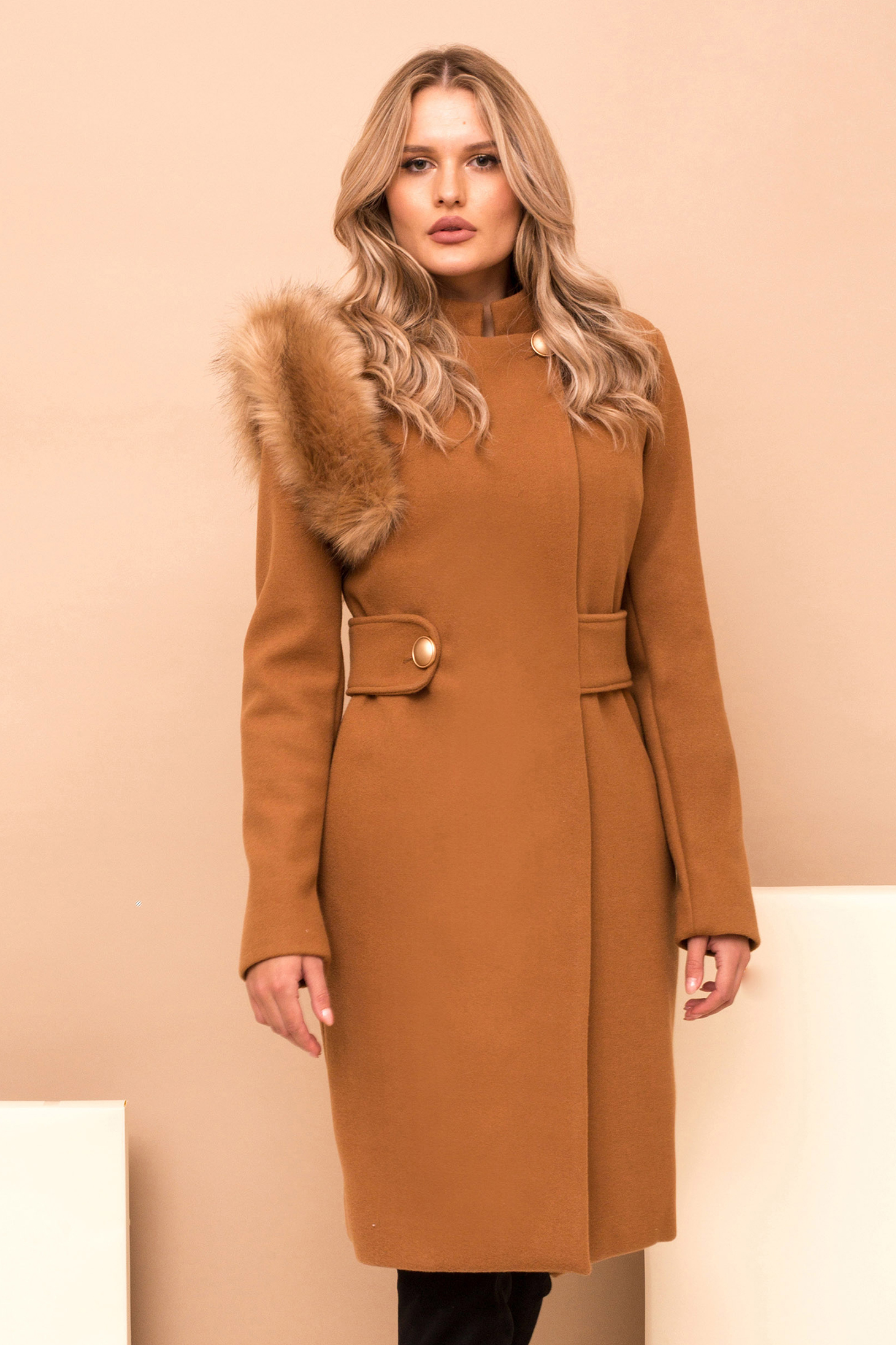 Coat brown cloth with faux fur details accessorized with tied waistband