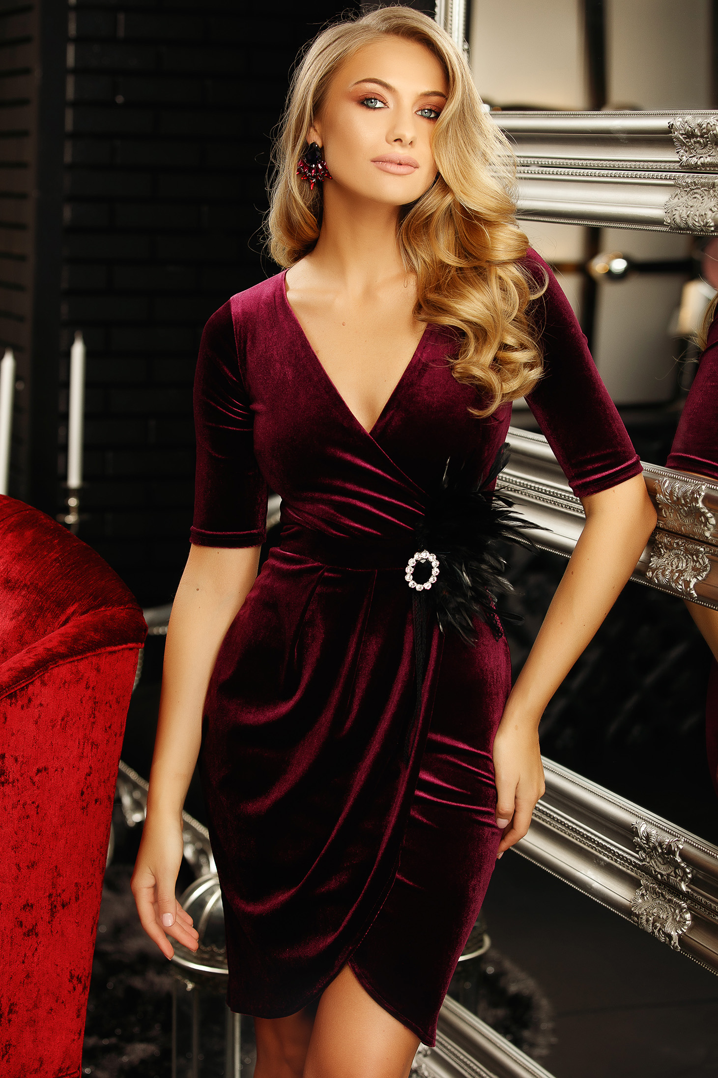 Dress burgundy pencil accessorized with breastpin with v-neckline feather details from velvet