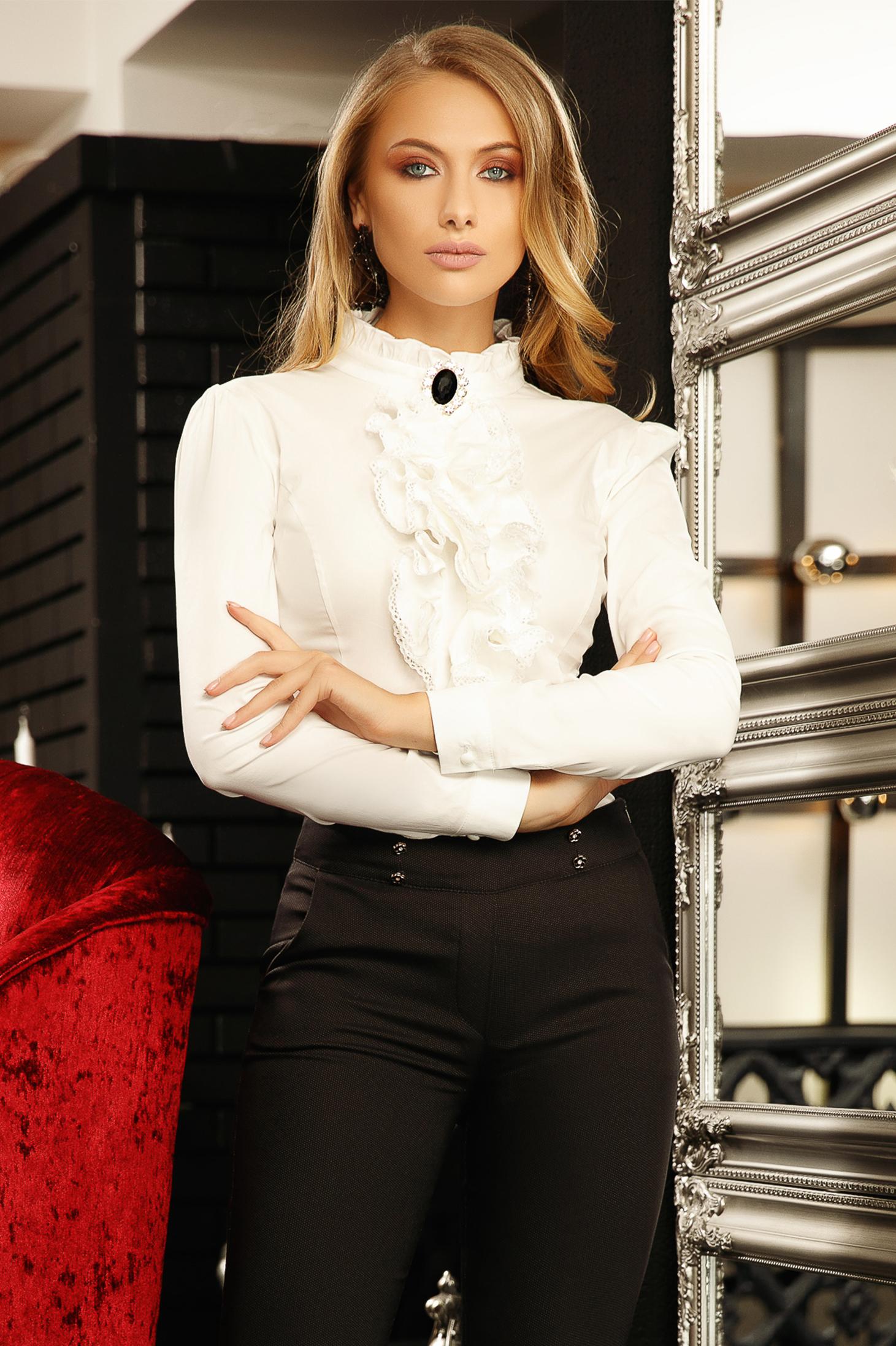 Fehér elegáns szűk szabású rövid pamutból készült fodros női ing bross kiegészítővel magas gallérral