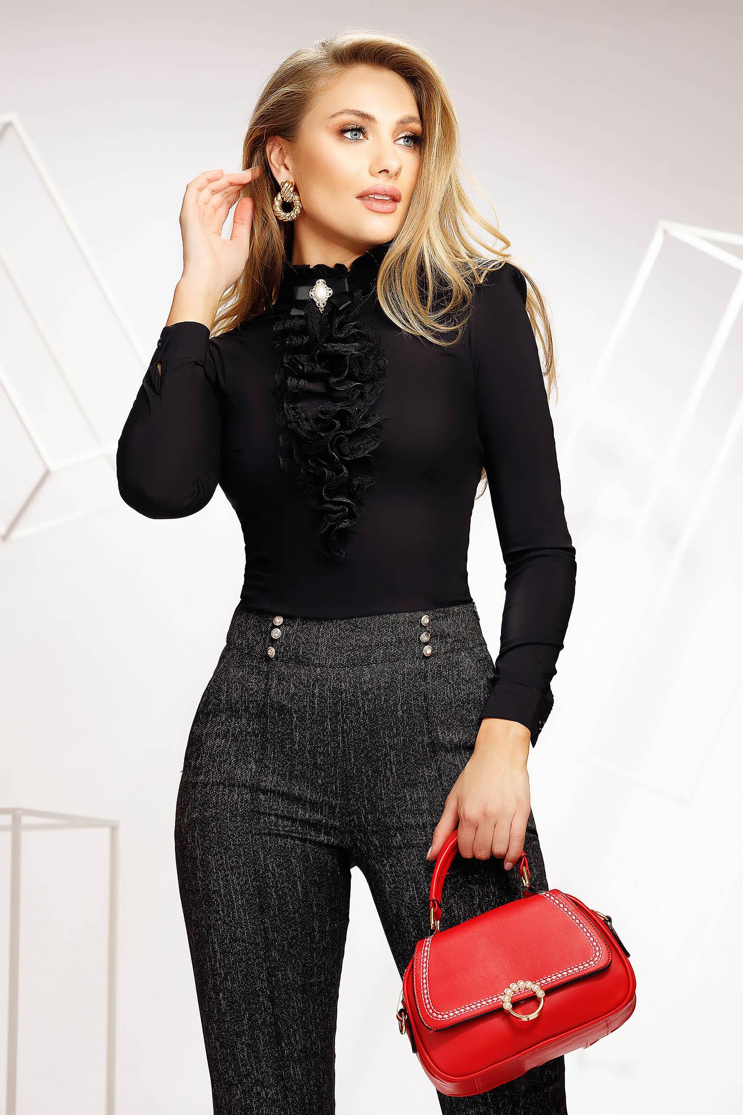 Camasa dama Fofy neagra eleganta mulata scurta din bumbac cu volanase guler inalt si accesorizata cu brosa
