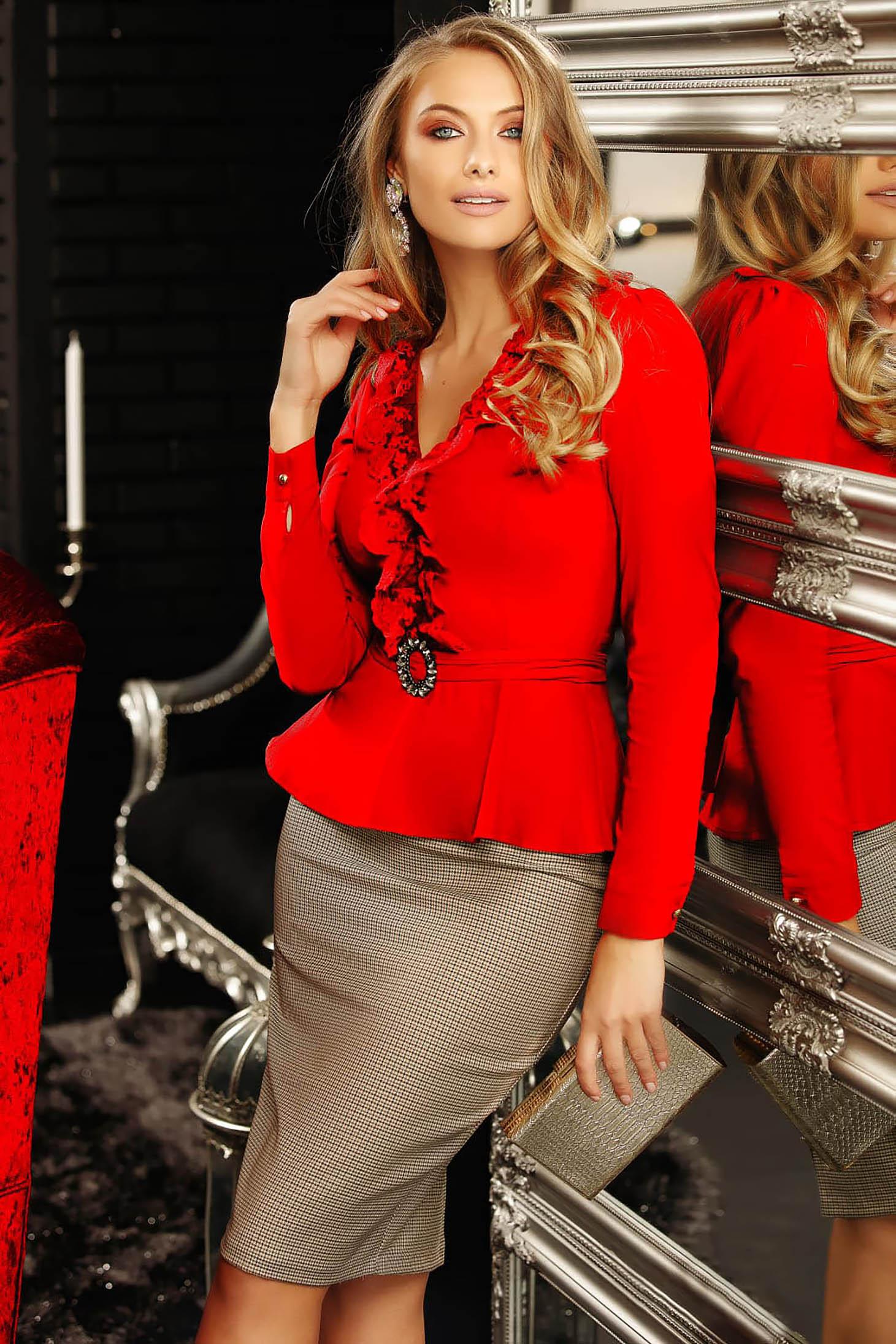 Piros elegáns pamutból készült fodros női ing hosszú ujjakkal v-dekoltázzsal peplummal rövid
